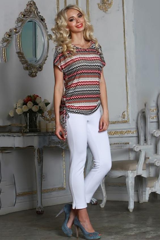БлузкаБлузки<br>Блуза из легкого струящегося трикотажного полотна прямого силуэта со спущенной линией плеча и разрезами по боковым швам. Длина разреза регулируется шнурком.  Длина изделия от 63 см до 69 см, в зависимости от размера.   Модная блуза в необычном исполнении, украшенная актуальным принтом в виде цветных зигзагов, поможет создать интересный городской лук  В изделии использованы цвета: бежевый, коралл и др.  Рост девушки-фотомодели 175 см<br><br>Горловина: Лодочка<br>По материалу: Вискоза,Трикотаж<br>По образу: Город,Свидание<br>По рисунку: В полоску,С принтом,Цветные<br>По сезону: Весна,Зима,Лето,Осень,Всесезон<br>По силуэту: Прямые<br>По стилю: Повседневный стиль<br>По элементам: С декором<br>Рукав: Короткий рукав<br>Размер : 42,46<br>Материал: Холодное масло<br>Количество в наличии: 2