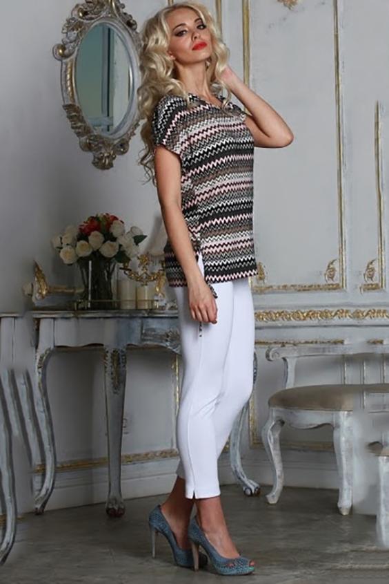 БлузкаБлузки<br>Блуза из легкого струящегося трикотажного полотна прямого силуэта со спущенной линией плеча и разрезами по боковым швам. Длина разреза регулируется шнурком.  Длина изделия от 63 см до 69 см, в зависимости от размера.   Модная блуза в необычном исполнении, украшенная актуальным принтом в виде цветных зигзагов, поможет создать интересный городской лук  В изделии использованы цвета: серый, розовый и др.  Рост девушки-фотомодели 175 см<br><br>Горловина: Лодочка<br>По материалу: Вискоза,Трикотаж<br>По образу: Город,Свидание<br>По рисунку: В полоску,С принтом,Цветные<br>По сезону: Весна,Зима,Лето,Осень,Всесезон<br>По силуэту: Прямые<br>По стилю: Кэжуал,Повседневный стиль<br>По элементам: С декором<br>Рукав: Короткий рукав<br>Размер : 44,48,50<br>Материал: Холодное масло<br>Количество в наличии: 3