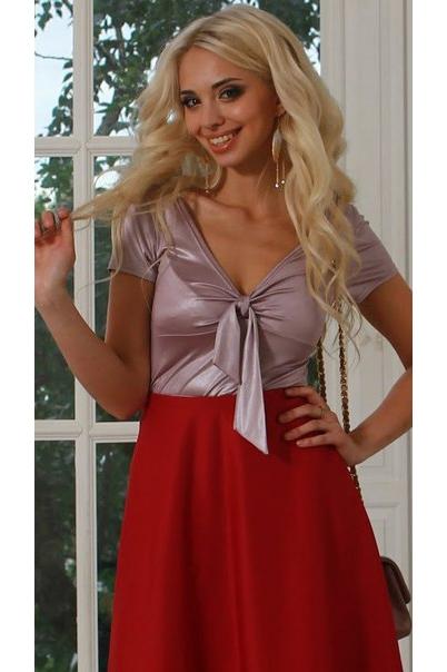 БлузкаБлузки<br>Блуза из лёгкого струящегося трикотажного полотна с отрезным лифом, задрапированным с помощью галстука. Рукав втачной, короткий.   Длина изделия от 55 см до 61 см , в зависимости от размера.   Стильная модель, декоративный элемент, которой можно носить свободно свисающим или делать маленький бантик.  Цвет: перламутр.  Рост девушки-фотомодели 175 см<br><br>Горловина: V- горловина<br>По материалу: Вискоза,Трикотаж<br>По рисунку: Однотонные<br>По сезону: Весна,Зима,Лето,Осень,Всесезон<br>По силуэту: Приталенные<br>По стилю: Летний стиль,Повседневный стиль<br>По элементам: С декором,Со складками<br>Рукав: Короткий рукав<br>Размер : 46,50<br>Материал: Холодное масло<br>Количество в наличии: 2
