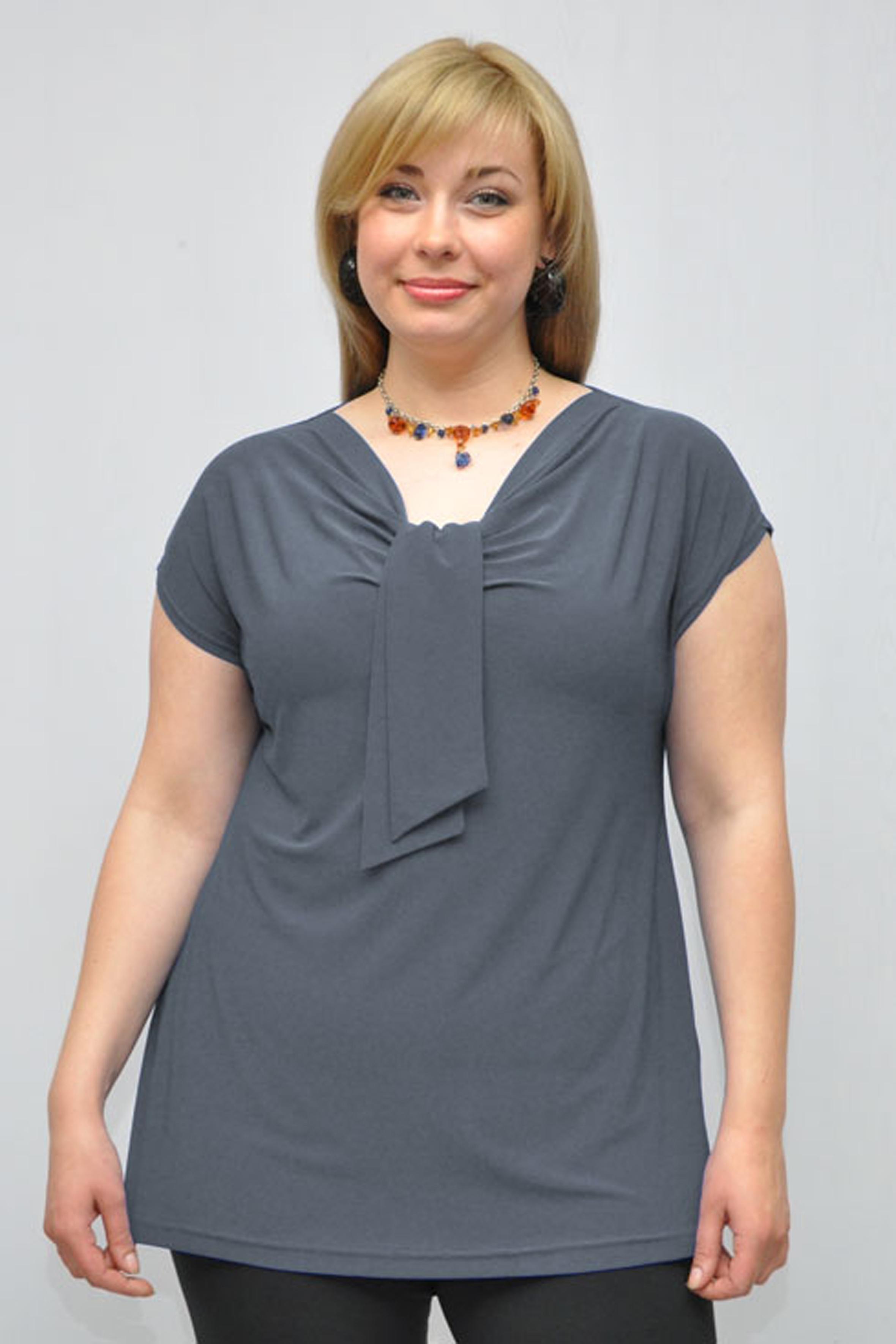 БлузкаБлузки<br>Однотонная женская блузка полуприталенного силуэта с декоративным элементом на груди. Модель выполнена из приятного трикотажа. Отличный выбор для любого случая.  Цвет: серый  Рост девушки-фотомодели 176 см<br><br>Горловина: V- горловина<br>По материалу: Вискоза,Трикотаж<br>По рисунку: Однотонные<br>По сезону: Весна,Зима,Лето,Осень,Всесезон<br>По силуэту: Полуприталенные<br>По стилю: Офисный стиль,Повседневный стиль<br>По элементам: С декором,Со складками<br>Рукав: Короткий рукав<br>Размер : 52-54<br>Материал: Холодное масло<br>Количество в наличии: 1