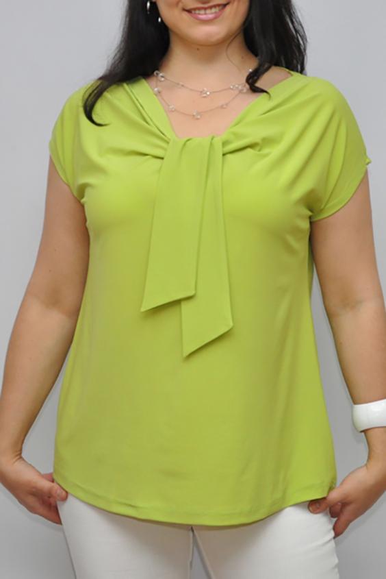 БлузкаБлузки<br>Однотонная женская блузка полуприталенного силуэта с декоративным элементом на груди. Модель выполнена из приятного трикотажа. Отличный выбор для любого случая.  Цвет: салатовый  Рост девушки-фотомодели 176 см<br><br>Горловина: V- горловина<br>По материалу: Вискоза,Трикотаж<br>По рисунку: Однотонные<br>По сезону: Весна,Зима,Лето,Осень,Всесезон<br>По силуэту: Полуприталенные<br>По стилю: Повседневный стиль<br>По элементам: С декором,Со складками<br>Рукав: Короткий рукав<br>Размер : 68-70<br>Материал: Холодное масло<br>Количество в наличии: 1