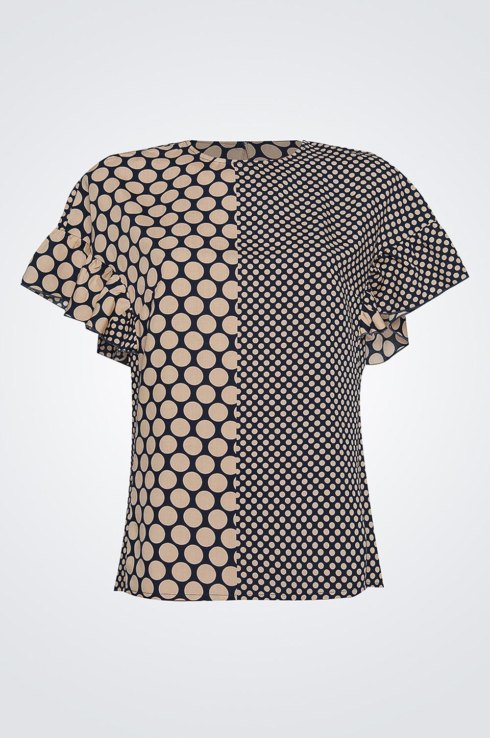 БлузкаБлузки<br>Женская блуза прямого силуэта длиной до бедер, горловина изделия круглая, обработана окантовкой, рукав оформлен пышными воланами, застежка по спинке изделия на пуговицу.   Параметры изделия:  44 размер: обхват груди - 92 см, длина изделия - 60 см;  52 размер: обхват груди - 110 см, длина изделия - 63 см.  Цвет: бежевый, темно-синий.<br><br>Горловина: С- горловина<br>По материалу: Хлопок<br>По рисунку: В горошек,С принтом,Цветные<br>По сезону: Весна,Зима,Лето,Осень,Всесезон<br>По силуэту: Прямые<br>По стилю: Повседневный стиль,Летний стиль<br>По элементам: С воланами и рюшами,С декором<br>Рукав: Короткий рукав<br>Размер : 42,44,46,48,50,52<br>Материал: Хлопок<br>Количество в наличии: 8