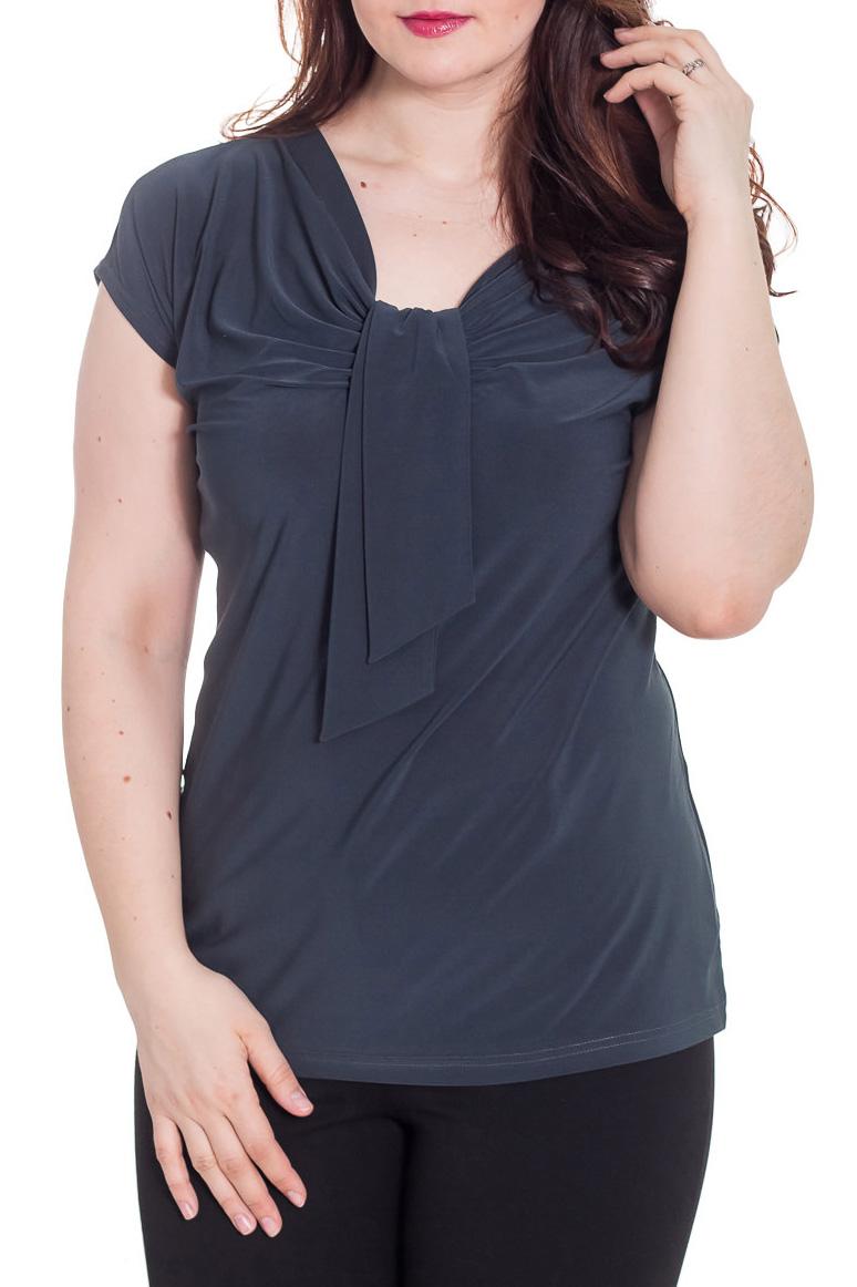 БлузкаБлузки<br>Однотонная женская блузка полуприталенного силуэта с декоративным элементом на груди. Модель выполнена из приятного трикотажа. Отличный выбор для любого случая.  Цвет: графитовый  Рост девушки-фотомодели 180см<br><br>Горловина: V- горловина<br>По материалу: Вискоза,Трикотаж<br>По образу: Город,Офис,Свидание<br>По рисунку: Однотонные<br>По сезону: Весна,Зима,Лето,Осень,Всесезон<br>По силуэту: Полуприталенные<br>По стилю: Офисный стиль,Повседневный стиль<br>По элементам: С декором,Со складками<br>Рукав: Короткий рукав<br>Размер : 64-66,68-70<br>Материал: Холодное масло<br>Количество в наличии: 12