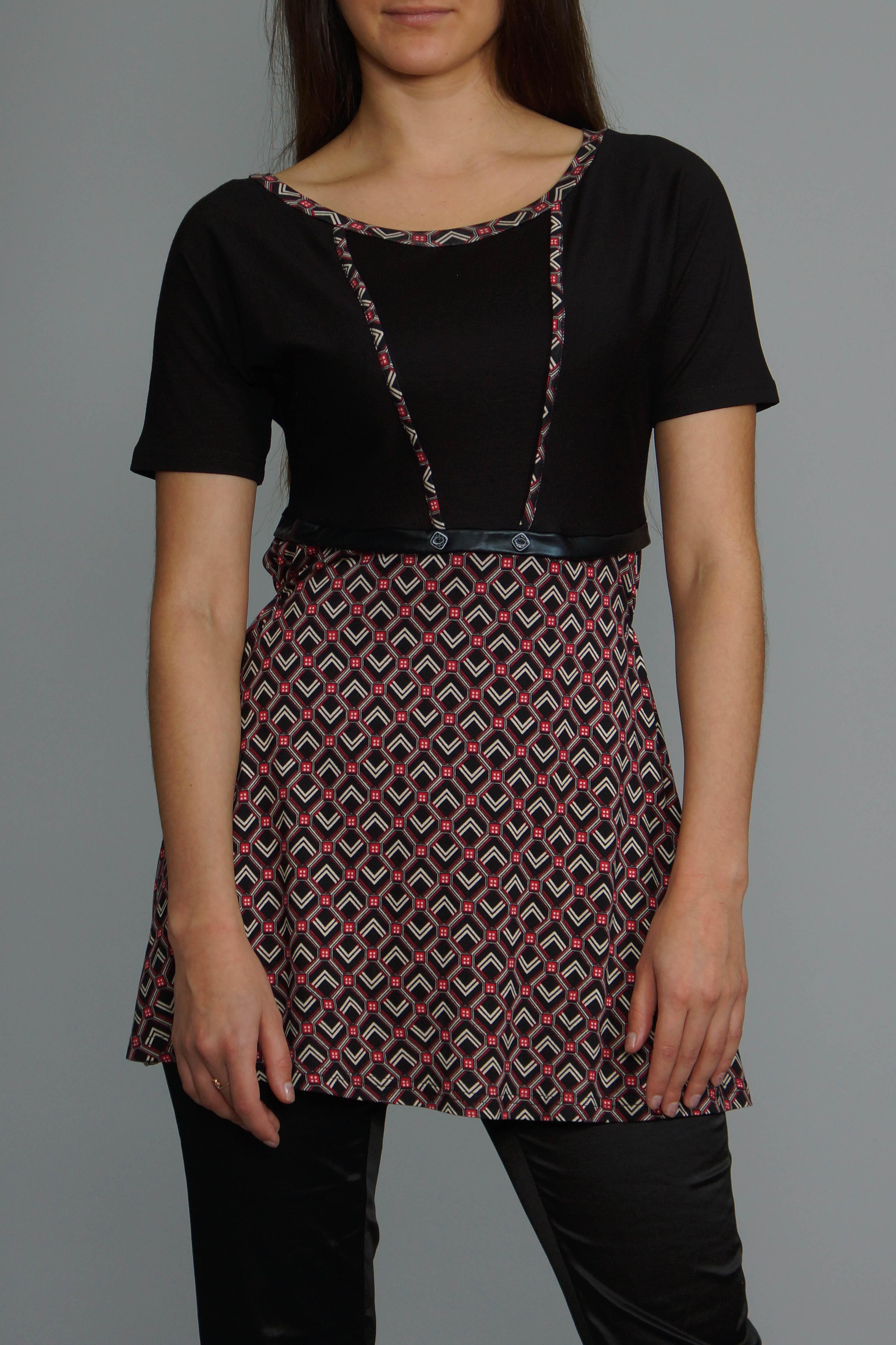 БлузкаБлузки<br>Удлиненная блузка с круглой горловиной и короткими рукавами. Модель выполнена из приятного материала. Отличный выбор для повседневного гардероба.   В изделии использованы цвета: черный и др.<br><br>Горловина: С- горловина<br>По материалу: Вискоза<br>По рисунку: С принтом,Цветные<br>По сезону: Весна,Зима,Лето,Осень,Всесезон<br>По силуэту: Полуприталенные<br>По стилю: Повседневный стиль<br>Рукав: Короткий рукав<br>Размер : 50<br>Материал: Вискоза<br>Количество в наличии: 1