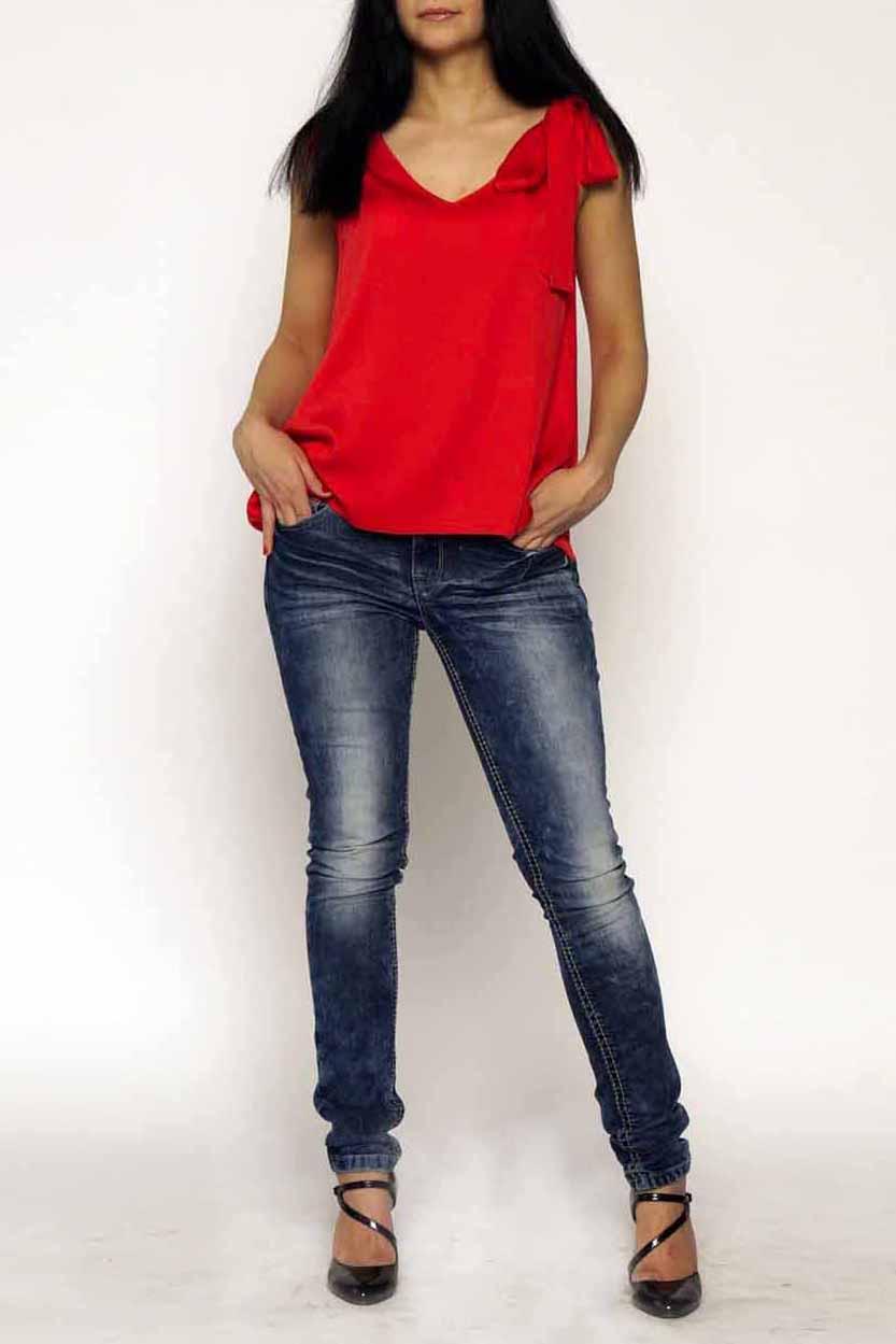БлузкаБлузки<br>Однотонная блузка с декоративным бантом на плече. Модель выполнена из хлопкового материала. Отличный выбор для повседневного гардероба.  Цвет: красный  Ростовка изделия 170 см<br><br>Горловина: V- горловина<br>По материалу: Тканевые,Хлопок<br>По рисунку: Однотонные<br>По сезону: Весна,Зима,Лето,Осень,Всесезон<br>По силуэту: Полуприталенные<br>По стилю: Повседневный стиль<br>По элементам: С декором,С фигурным низом<br>Рукав: Без рукавов<br>Размер : 44-46,52-54,56-58<br>Материал: Плательно-блузочная ткань<br>Количество в наличии: 3