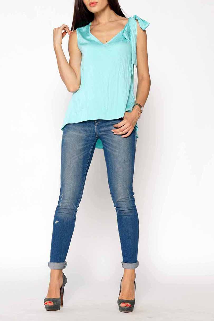 БлузкаБлузки<br>Однотонная блузка с декоративным бантом на плече. Модель выполнена из хлопкового материала. Отличный выбор для повседневного гардероба.  Цвет: голубой  Ростовка изделия 170 см<br><br>Горловина: V- горловина<br>По материалу: Тканевые,Хлопок<br>По рисунку: Однотонные<br>По сезону: Весна,Зима,Лето,Осень,Всесезон<br>По силуэту: Полуприталенные<br>По стилю: Повседневный стиль,Романтический стиль,Летний стиль<br>По элементам: С декором,С фигурным низом<br>Рукав: Без рукавов<br>Размер : 44-46,48-50,56-58<br>Материал: Плательно-блузочная ткань<br>Количество в наличии: 3