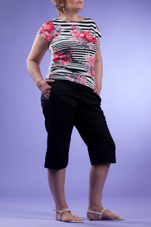 ФутболкаФутболки<br>Цветная футболка свободного силуэта. Модель выполнена из приятного материала. Отличный выбор для повседневного гардероба.   Цвет: черный, белый, розовый  Рост девушки-фотомодели 170 см<br><br>Горловина: С- горловина<br>По материалу: Вискоза<br>По рисунку: В полоску,Растительные мотивы,С принтом,Цветные,Цветочные<br>По сезону: Весна,Зима,Лето,Осень,Всесезон<br>По силуэту: Свободные<br>По стилю: Повседневный стиль<br>Рукав: Короткий рукав<br>Размер : 46,48,50<br>Материал: Вискоза<br>Количество в наличии: 4