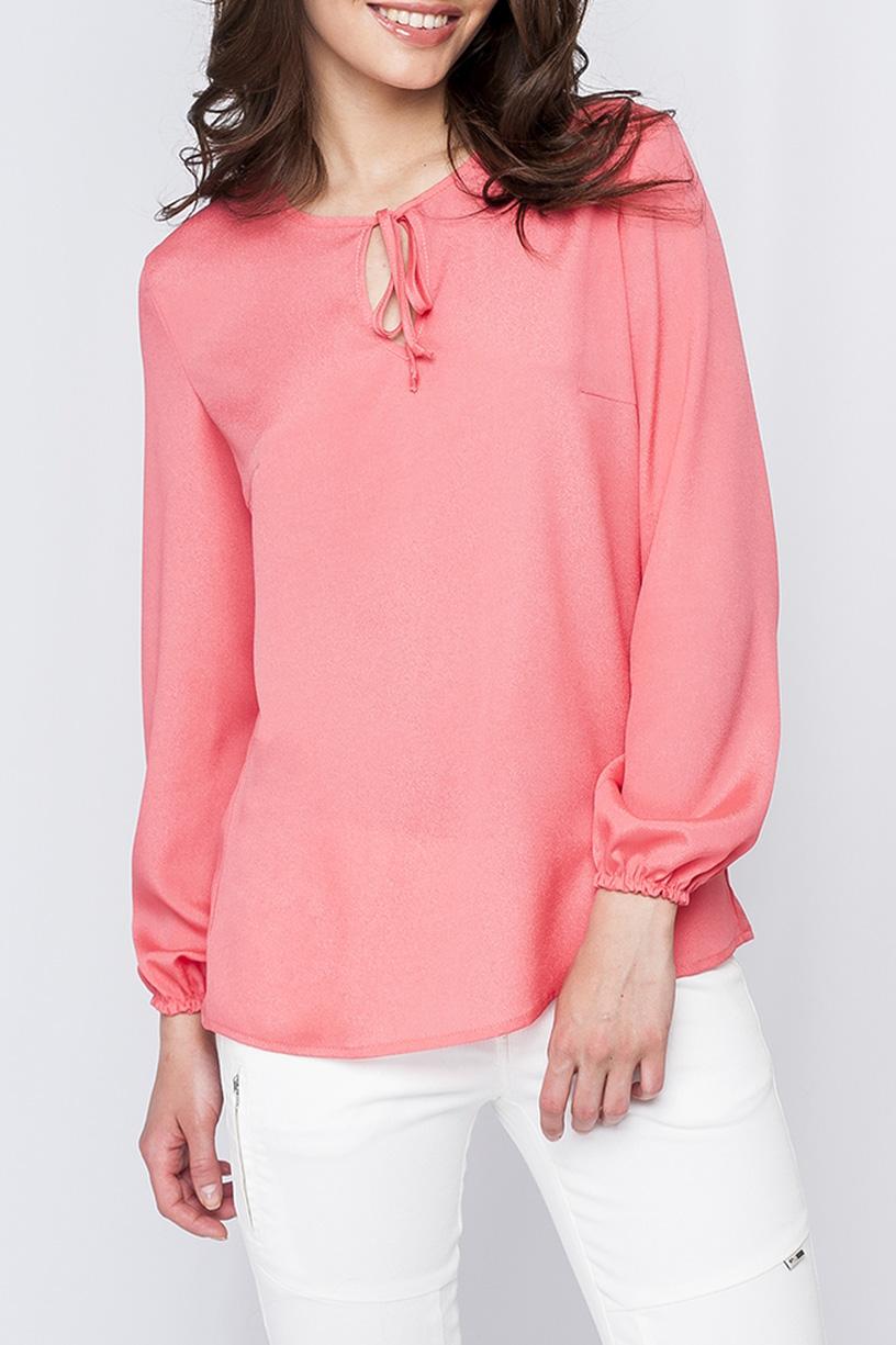 БлузкаБлузки<br>Блуза из шифона свободного силуэта. Приятный коралловый цвет, добавит нотки нежности в Ваш образ. Блузу можно носить как навыпуск, так и в заправленном виде. На горловине изделия имеются завязочки и каплеобразный вырез. Рукава изделия оформлены резиночками.  Параметры размеров: 44 размер: обхват по линии груди - 98 см, обхват по линии бедер - 98 см, длина изделия - 63 см, длина рукава - 58,5 см;  52 размер: обхват по линии груди - 114 см, обхват по линии бедер - 114 см, длина изделия - 66,5 см, длина рукава - 58,5 см.  Цвет: коралловый  Рост девушки-фотомодели 170 см<br><br>Горловина: С- горловина<br>Застежка: С завязками<br>По материалу: Шифон<br>По образу: Город,Офис,Свидание<br>По рисунку: Однотонные<br>По сезону: Весна,Зима,Лето,Осень,Всесезон<br>По силуэту: Прямые<br>По стилю: Офисный стиль,Повседневный стиль,Романтический стиль<br>Рукав: Длинный рукав<br>Размер : 42,44,46,50,54,56<br>Материал: Шифон<br>Количество в наличии: 6