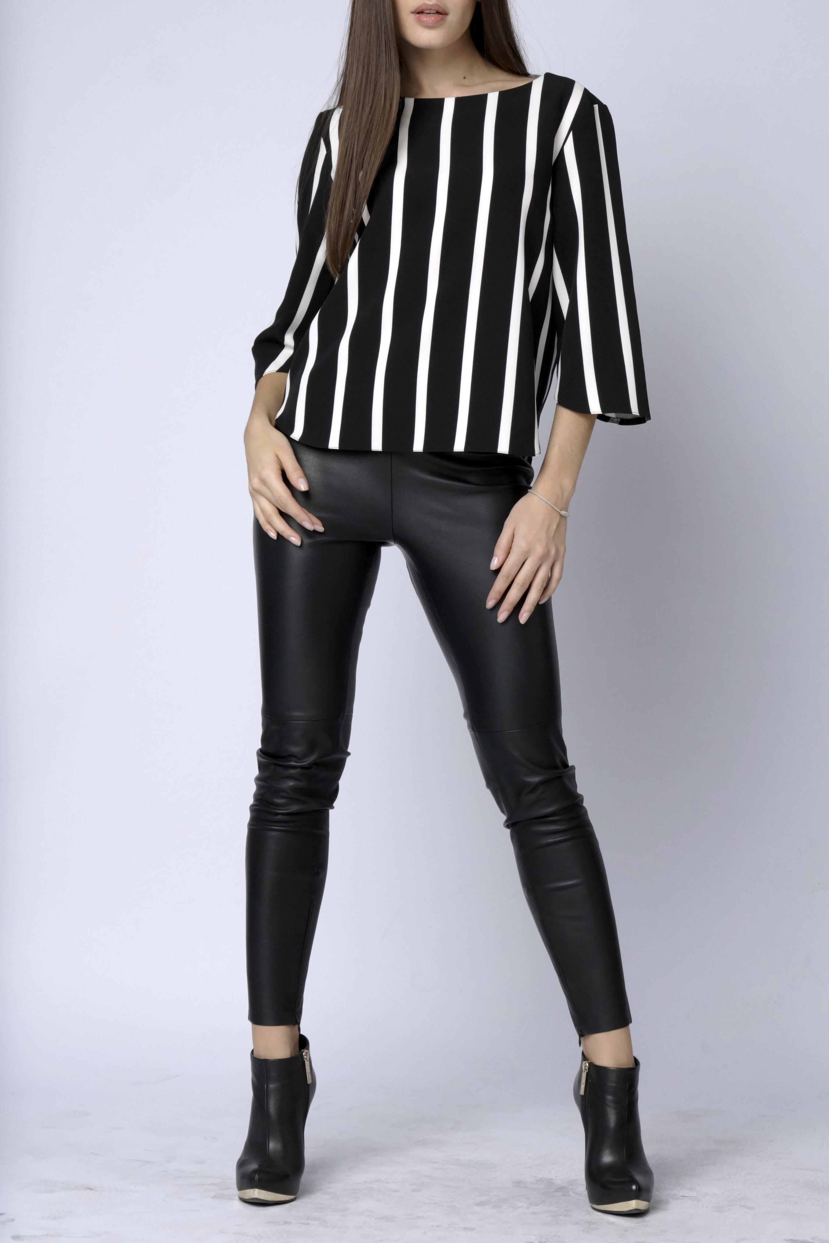 БлузкаБлузки<br>Эффектная блуза прямого кроя в контрасную вертикальную полоску, рукав три четверти, вырез горловины круглый, низ изделия и рукавов фигурный.   Длина изделия 55 см.  В изделии использованы цвета: черный, белый<br><br>Горловина: С- горловина<br>По материалу: Тканевые<br>По рисунку: В полоску,С принтом,Цветные<br>По сезону: Весна,Зима,Лето,Осень,Всесезон<br>По силуэту: Прямые<br>По стилю: Повседневный стиль<br>По элементам: С фигурным низом<br>Рукав: Рукав три четверти<br>Размер : 44-46<br>Материал: Блузочная ткань<br>Количество в наличии: 1