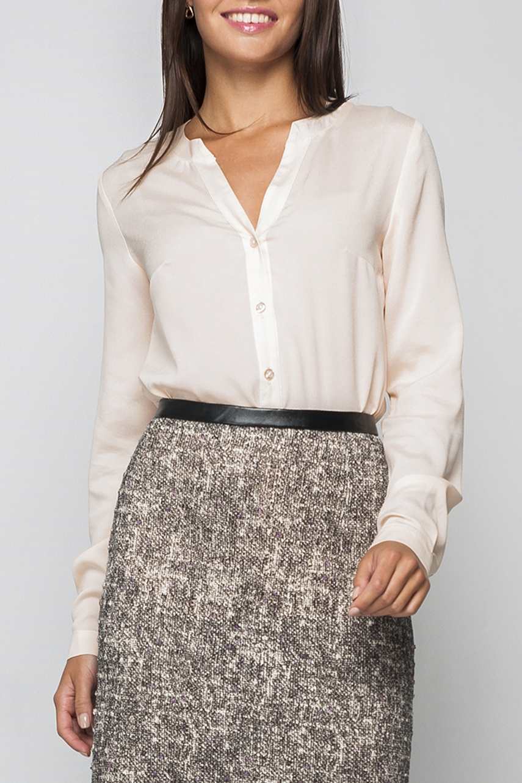 РубашкаРубашки<br>Эллегантная женская блуза, нежного молочного оттенка, которая придаст в строгий офисный стиль свою нотку женственности. V-образный вырез позволит вам украсить блузу дополнительно аксессуаром.   Параметры изделия:  44 размер: длина изделия по спинке - 67см, полуобхват по линии груди - 51см, длина рукава - 62см;  54 размер: длина изделия по спинке - 71см, полуобхват по линии груди - 61см, длина рукава - 63см.  В изделии использованы цвета: молочный  Рост девушки-фотомодели 170 см.<br><br>Горловина: V- горловина<br>Застежка: С пуговицами<br>По материалу: Блузочная ткань,Тканевые<br>По образу: Город,Офис,Свидание<br>По рисунку: Однотонные<br>По сезону: Весна,Зима,Лето,Осень,Всесезон<br>По силуэту: Свободные<br>По стилю: Классический стиль,Офисный стиль,Повседневный стиль<br>По элементам: С манжетами<br>Рукав: Длинный рукав<br>Размер : 50,54,56,58,60<br>Материал: Блузочная ткань<br>Количество в наличии: 5
