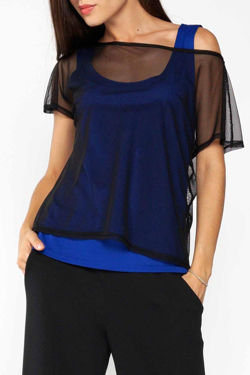 ТопБлузки<br>Комплект - двойка состоит из трикотажного топа плотного прилегания и свободной блузы из сетки с цельнокроеным коротким рукавом.   Длина изделия по спинке 57 см.  В изделии использованы цвета: синий, черный  Ростовка изделия 170 см.<br><br>Горловина: С- горловина<br>По материалу: Гипюровая сетка,Трикотаж<br>По рисунку: Цветные<br>По сезону: Весна,Зима,Лето,Осень,Всесезон<br>По силуэту: Полуприталенные<br>По стилю: Кэжуал,Молодежный стиль,Повседневный стиль<br>Рукав: Короткий рукав<br>Размер : 52-54<br>Материал: Холодное масло + Гипюровая сетка<br>Количество в наличии: 1