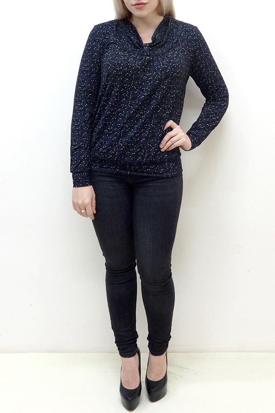 БлузкаБлузки<br>Красивая блузка с небольшим напуском в районе талии. Модель выполнена из мягкой вискозы. Отличный выбор для повседневного гардероба.  В изделии использованы цвета: синий, черный и др.  Рост девушки-фотомодели 162 см<br><br>Воротник: Фантазийный<br>По материалу: Вискоза<br>По рисунку: С принтом,Цветные<br>По сезону: Весна,Зима,Лето,Осень,Всесезон<br>По силуэту: Полуприталенные<br>По стилю: Повседневный стиль<br>По элементам: С манжетами<br>Рукав: Длинный рукав<br>Размер : 48,50,52,56,58<br>Материал: Вискоза<br>Количество в наличии: 10