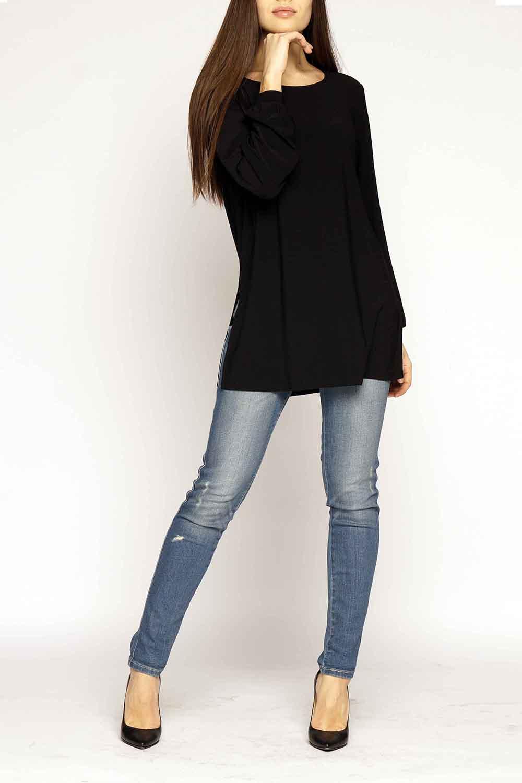 БлузкаБлузки<br>Удлиненная блузка прямого силуэта с разрезами по бокам. Модель выполнена из приятного материала. Отличный выбор для повседневного гардероба.  В изделии использованы цвета: черный  Ростовка изделия 170 см.<br><br>Горловина: С- горловина<br>По материалу: Трикотаж<br>По рисунку: Однотонные<br>По сезону: Весна,Зима,Лето,Осень,Всесезон<br>По силуэту: Прямые,Свободные<br>По стилю: Кэжуал,Повседневный стиль<br>По элементам: С манжетами<br>Рукав: Длинный рукав<br>Размер : 44-46,52-54<br>Материал: Холодное масло<br>Количество в наличии: 2