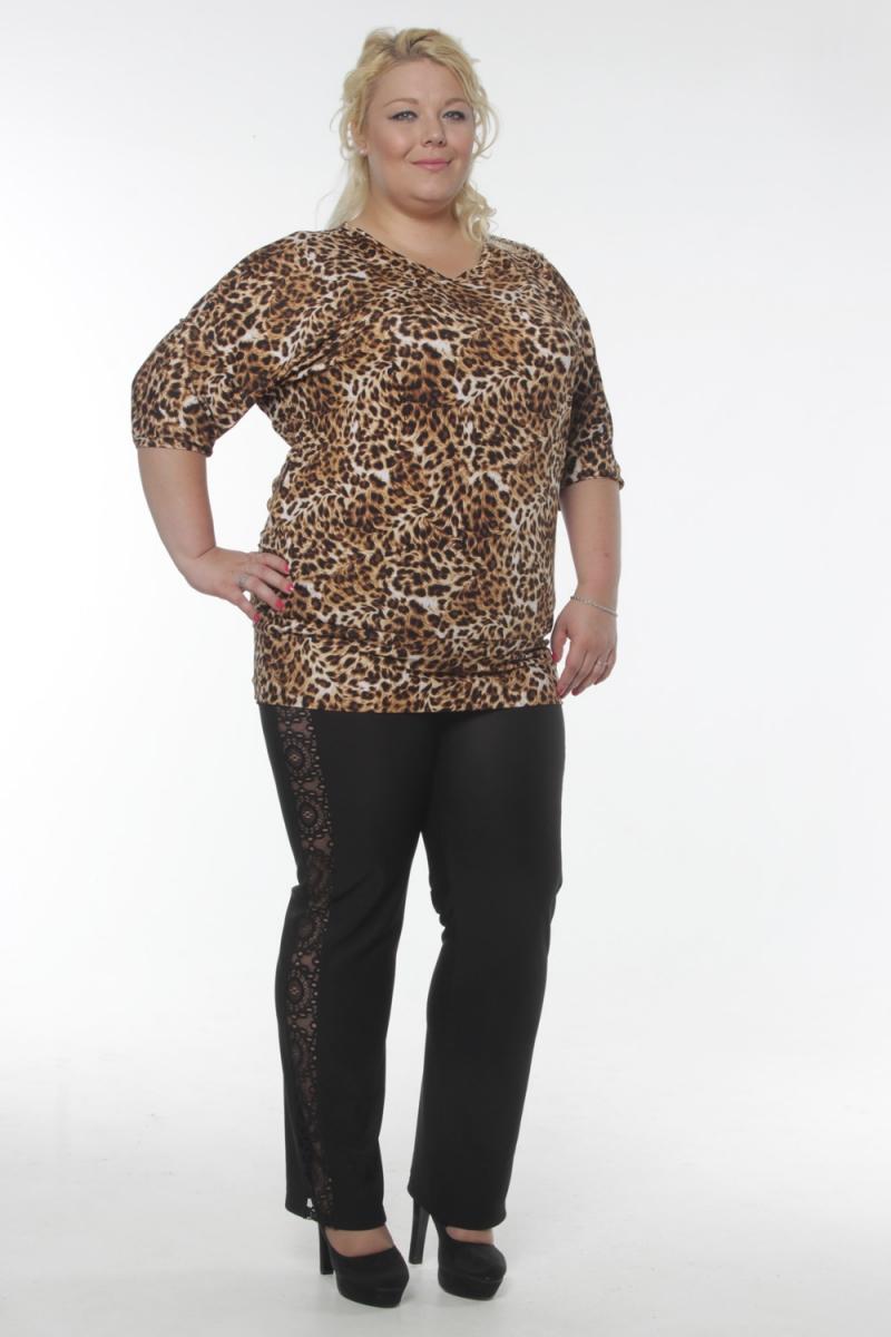 БлузкаБлузки<br>Эффектная блузка с V-образной горловиной и рукавами 3/4. Модель выполнена из приятного трикотажа с животным принтом. Отличный вариант для повседневного гардероба.  Цвет: бежевый, коричневый  Рост девушки-фотомодели 180 см<br><br>По образу: Город,Свидание<br>По стилю: Повседневный стиль<br>По материалу: Вискоза,Трикотаж<br>По рисунку: Леопард,Цветные<br>По сезону: Лето,Осень,Весна,Всесезон,Зима<br>По силуэту: Полуприталенные<br>Рукав: Рукав три четверти<br>Горловина: V- горловина<br>Размер: 54,56,58,60,62,64<br>Материал: 65% вискоза 35% полиэстер<br>Количество в наличии: 13