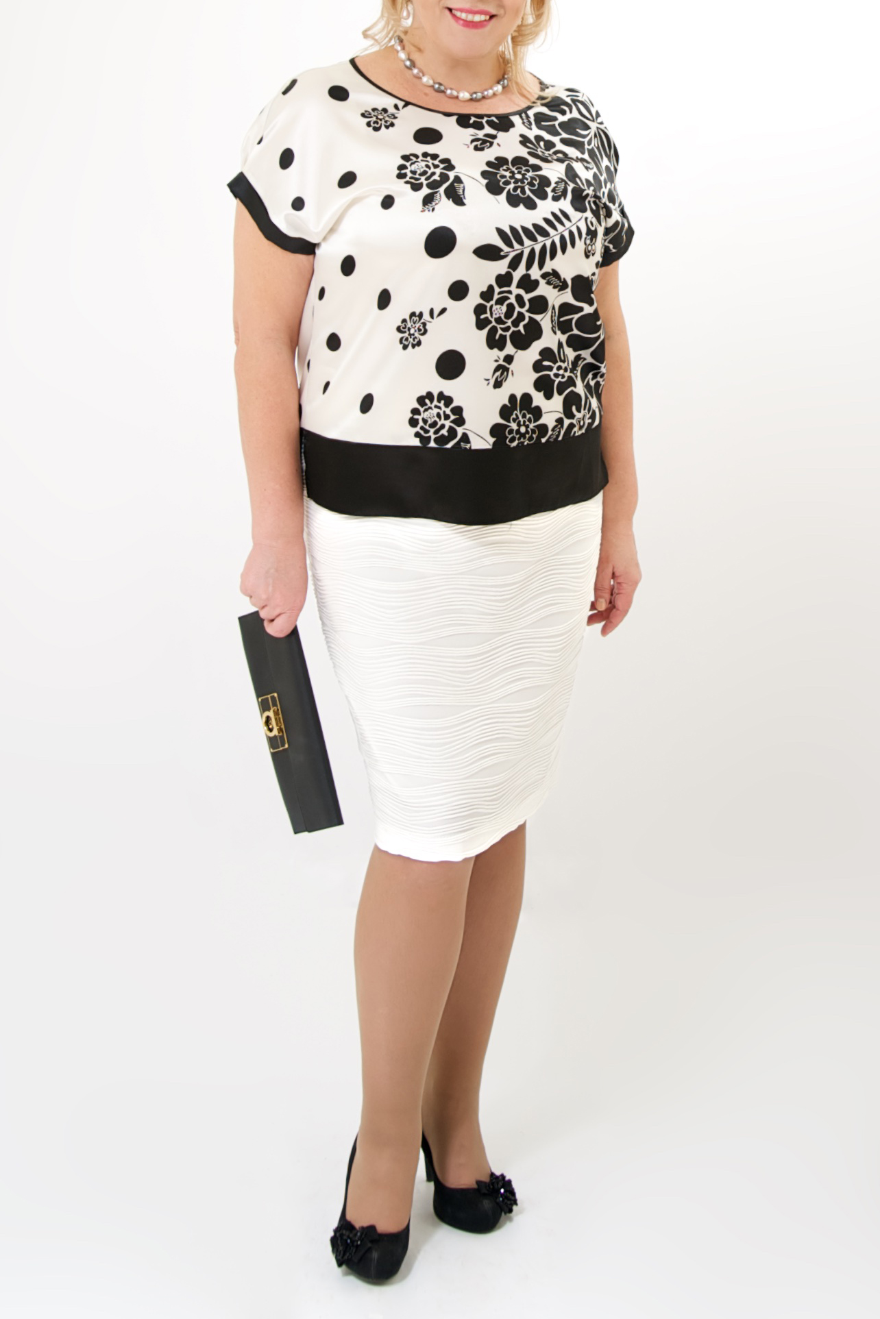 БлузкаБлузки<br>Красивая блузка с круглой горловиной и короткими рукавами. Модель выполнена из приятного материала. Отличный выбор для повседневного гардероба.  Цвет: белый, черный  Ростовка изделия 170 см.<br><br>Горловина: С- горловина<br>По материалу: Атлас,Шелк<br>По рисунку: Растительные мотивы,С принтом,Цветные,Цветочные<br>По сезону: Весна,Зима,Лето,Осень,Всесезон<br>По силуэту: Полуприталенные<br>По стилю: Повседневный стиль,Летний стиль<br>Рукав: Короткий рукав<br>Размер : 48-50<br>Материал: Атлас<br>Количество в наличии: 4