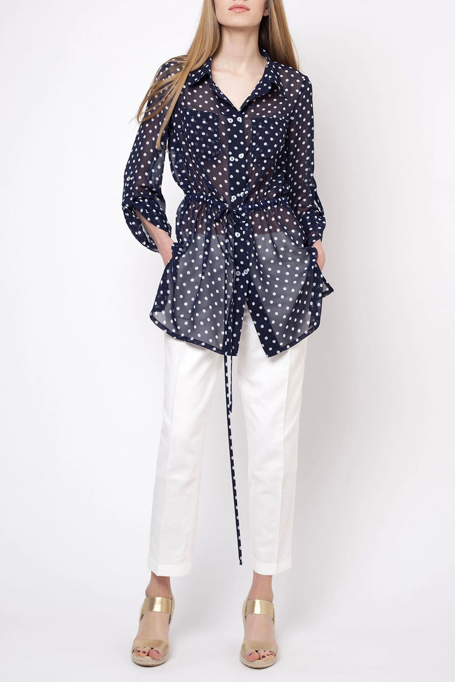 БлузкаБлузки<br>Удлиненная блузка свободного силуэта. Модель выполнена из воздушного шифона в горошек. Отличный выбор для повседневного гардероба.  В изделии использованы цвета: синий, белый  Ростовка изделия 170 см.<br><br>Воротник: Рубашечный<br>Горловина: V- горловина<br>Застежка: С пуговицами<br>По материалу: Вискоза,Шифон<br>По рисунку: В горошек,С принтом,Цветные<br>По сезону: Весна,Зима,Лето,Осень,Всесезон<br>По силуэту: Полуприталенные<br>По стилю: Повседневный стиль<br>По элементам: С патами<br>Рукав: Длинный рукав<br>Размер : 44,46,48,50<br>Материал: Шифон<br>Количество в наличии: 4