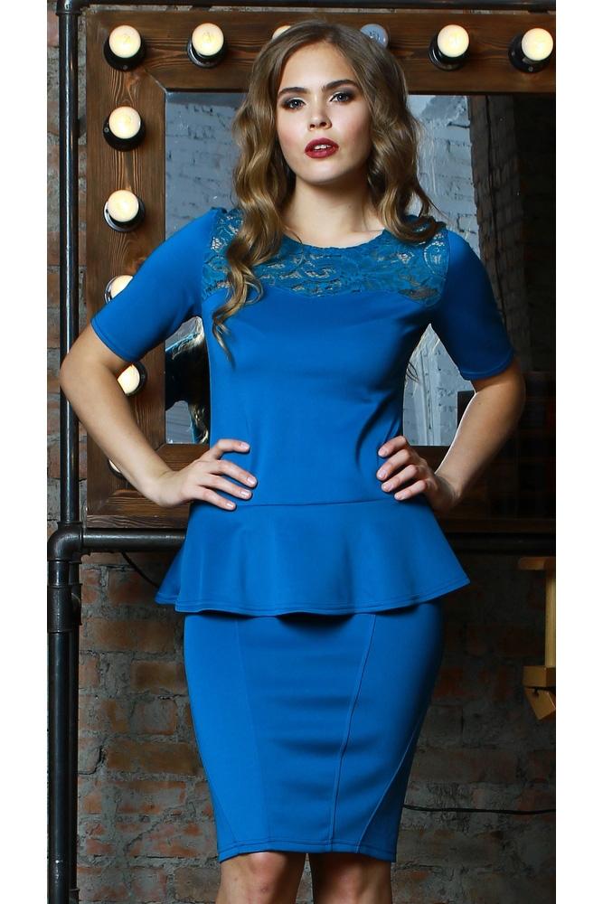 БлузкаБлузки<br>Комбинированная блуза из плотного трикотажного полотна с эластаном прилегающего силуэта. Кокетка полочки и спинки выполнены из гипюра. Рукав втачной, до локтя, по низу блузы-баска. Вставка из гипюра превращает обычную блузу в праздничный наряд, а баска - подчеркивает талию и придает фигуре ещё больше женственности и элегантности  В изделии использованы цвета: синий  Длина изделия от 55 см, в зависимости от размера.  Рост девушки-фотомодели 167 см.<br><br>Горловина: С- горловина<br>По материалу: Вискоза,Гипюр,Трикотаж<br>По рисунку: Однотонные<br>По сезону: Весна,Зима,Лето,Осень,Всесезон<br>По силуэту: Приталенные<br>По стилю: Нарядный стиль,Повседневный стиль<br>По элементам: С баской<br>Рукав: Короткий рукав<br>Размер : 46,48<br>Материал: Трикотаж + Гипюр<br>Количество в наличии: 2