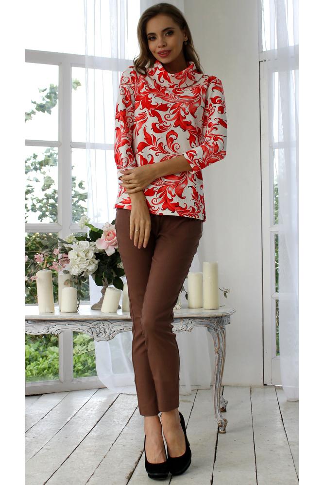 БлузкаБлузки<br>Блуза из плотного трикотажного полотна с рельефным рисунком прямого силуэта с небольшими разрезами по бокам, рукав втачной 3/4, воротник -хомут. Уютная блуза с воротником хомут - идеальный выбор для повседневной носки, и по особому случаю. Эффектная модель украшена восточным орнаментом арабеска и подчеркивает лёгкость, женственность и романтичность своей обладательницы    Длина изделия от 59 см до 62 см, в зависимости от размера.  В изделии использованы цвета: белый, коралловый  Рост девушки-фотомодели 175 см.<br><br>Воротник: Хомут<br>По материалу: Вискоза,Трикотаж<br>По образу: Город,Свидание<br>По рисунку: С принтом,Цветные,Этнические<br>По сезону: Весна,Зима,Лето,Осень,Всесезон<br>По силуэту: Полуприталенные<br>По стилю: Повседневный стиль<br>Рукав: Рукав три четверти<br>Размер : 52<br>Материал: Трикотаж<br>Количество в наличии: 1