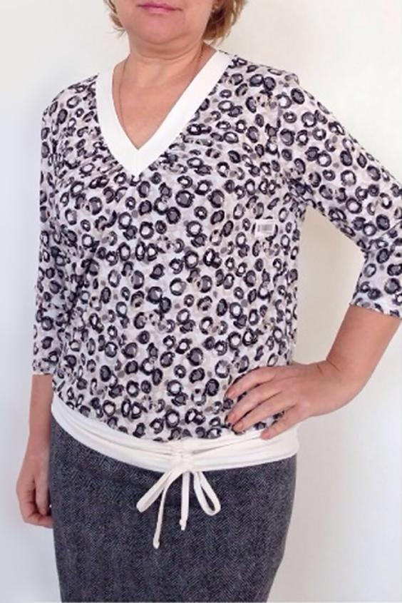БлузкаБлузки<br>Замечательная женская блузка, которая подойдет любому типу фигуры, выполненная из приятного к телу трикотажа.  Цвет: белый и др.  Ростовка изделия 170 см.<br><br>Горловина: V- горловина<br>По материалу: Трикотаж<br>По образу: Город,Свидание<br>По рисунку: С принтом,Цветные<br>По сезону: Весна,Зима,Осень,Всесезон,Лето<br>По силуэту: Полуприталенные<br>По стилю: Повседневный стиль<br>По элементам: С декором<br>Рукав: Рукав три четверти<br>Размер : 56,58,60<br>Материал: Холодное масло<br>Количество в наличии: 4