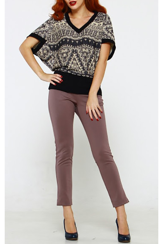 БлузкаБлузки<br>Блуза из плотного полушерстяного трикотажного полотна с нестандартным конструкторским решением. Силуэт свободный, рукав летучая мышь, v-образный вырез и проймы обработаны двойными обтачками. Эта теплая блуза превратит ваши образы в нечто особенное, а вас - в объект восхищения Носим как на фото вечером, а на учёбу или в офис как жилет - с блузками или топами под низ.  Длина изделия от 70 см, в зависимости от размера.  В изделии использованы цвета: серый, бежевый, черный  Рост девушки-фотомодели 175 см.<br><br>Горловина: V- горловина<br>По материалу: Трикотаж<br>По рисунку: С принтом,Цветные,Этнические<br>По сезону: Весна,Зима,Лето,Осень,Всесезон<br>По силуэту: Свободные<br>По стилю: Повседневный стиль<br>Рукав: Короткий рукав<br>Размер : 42,44,46,48,50<br>Материал: Трикотаж<br>Количество в наличии: 5