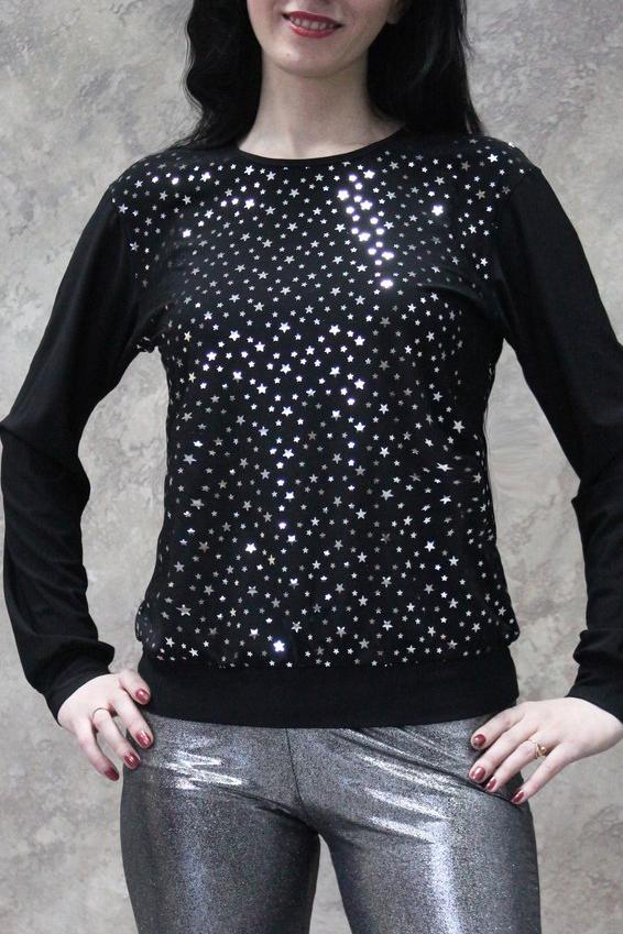 БлузкаБлузки<br>Универсальная блузка с длинными рукавами. Модель выполнена из приятного трикотажа. Отличный выбор для повседневного гардероба.  В изделии использованы цвета: черный, белый  Рост девушки-фотомодели 172 см.<br><br>Горловина: С- горловина<br>По материалу: Трикотаж<br>По рисунку: С принтом,Цветные<br>По сезону: Весна,Зима,Лето,Осень,Всесезон<br>По силуэту: Полуприталенные<br>По стилю: Повседневный стиль<br>По элементам: С манжетами<br>Рукав: Длинный рукав<br>Размер : 48,50,52,54<br>Материал: Холодное масло<br>Количество в наличии: 13