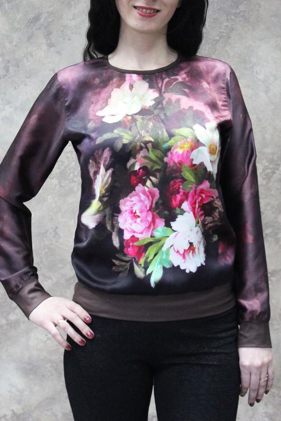 БлузкаБлузки<br>Цветная блузка с длинными рукавами. Модель выполнена из приятного трикотажа. Отличный выбор для повседневного гардероба.  В изделии использованы цвета: фиолетовый и др.  Рост девушки-фотомодели 172 см.<br><br>Горловина: С- горловина<br>Рукав: Длинный рукав<br>Материал: Трикотаж<br>Рисунок: Растительные мотивы,С принтом,Цветные,Цветочные<br>Сезон: Весна,Всесезон,Зима,Лето,Осень<br>Силуэт: Полуприталенные<br>Стиль: Повседневный стиль<br>Элементы: С манжетами<br>Размер : 48,50,54<br>Материал: Холодное масло<br>Количество в наличии: 8