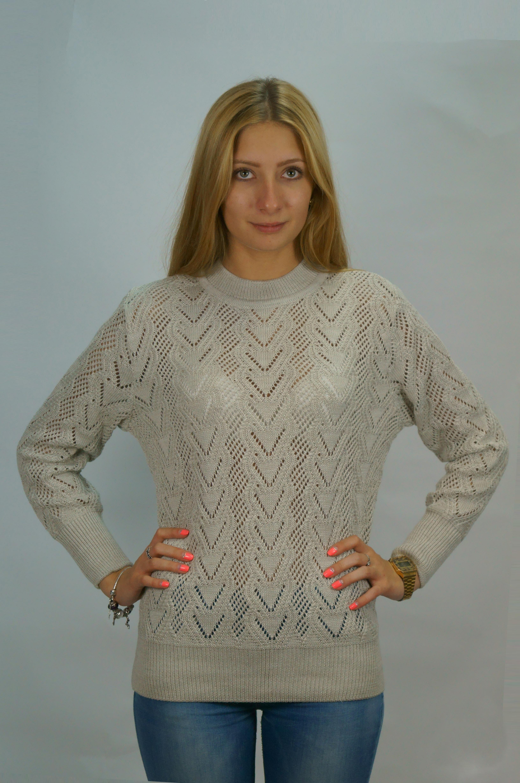 СвитерСвитеры<br>Теплый свитер с длинными рукавами из вязанного трикотажа. Вязаный трикотаж - это красота, тепло и комфорт. В вязаных вещах очень легко оставаться женственной и в то же время не замёрзнуть.  Цвет: бежево-серый  Рост девушки-фотомодели 165 см.<br><br>Воротник: Стойка<br>По материалу: Вязаные,Трикотаж<br>По образу: Город,Свидание<br>По рисунку: Однотонные,Фактурный рисунок<br>По силуэту: Полуприталенные<br>По стилю: Повседневный стиль<br>Рукав: Длинный рукав<br>По сезону: Осень,Весна<br>Размер : 44,50,52,56<br>Материал: Вязаное полотно<br>Количество в наличии: 4