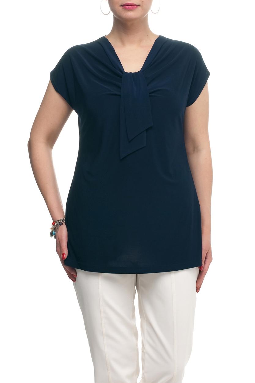 ТопБлузки<br>Однотонная женская блузка полуприталенного силуэта с декоративным элементом на груди. Модель выполнена из приятного трикотажа. Отличный выбор для любого случая.  Цвет: темно-синий  Рост девушки-фотомодели 173 см<br><br>Горловина: Качель<br>По материалу: Трикотаж<br>По рисунку: Однотонные<br>По сезону: Весна,Зима,Лето,Осень,Всесезон<br>По силуэту: Полуприталенные<br>По стилю: Повседневный стиль<br>По элементам: С декором,Со складками<br>Рукав: Короткий рукав<br>Размер : 50,52,54,56,58,60,62,64,66,68,70<br>Материал: Холодное масло<br>Количество в наличии: 17