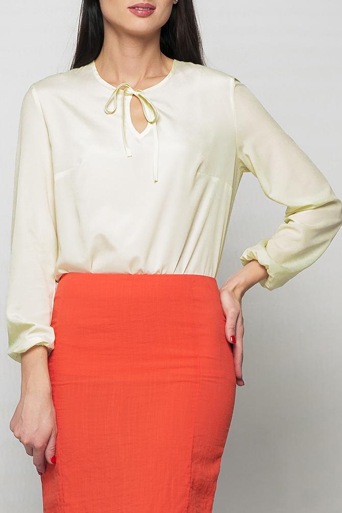 БлузкаБлузки<br>Блуза из шифона свободного силуэта. Приятный молочный цвет, добавит нотки нежности в Ваш образ. Блузу можно носить как навыпуск, так и в заправленном виде. На горловине изделия имеются завязочки и каплеобразный вырез. Рукава изделия оформлены резиночками.   Параметры изделия: 44 размер: обхват по линии груди - 98 см, обхват по линии бедер - 98 см, длина изделия - 63 см, длина рукава - 58,5 см;  52 размер: обхват по линии груди - 114 см, обхват по линии бедер - 114 см, длина изделия - 66,5 см, длина рукава - 58,5 см.  В изделии использованы цвета: молочный  Рост девушки-фотомодели 175 см.<br><br>Горловина: С- горловина<br>По материалу: Шифон<br>По рисунку: Однотонные<br>По сезону: Весна,Зима,Лето,Осень,Всесезон<br>По силуэту: Полуприталенные<br>По стилю: Офисный стиль,Повседневный стиль<br>Рукав: Длинный рукав<br>Размер : 42,44,46,48,50,52<br>Материал: Шифон<br>Количество в наличии: 6
