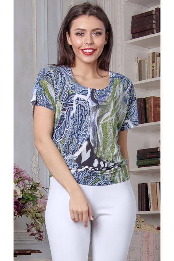 БлузкаБлузки<br>Блуза на поясе свободного силуэта со спущенной линией плеча из легкого струящегося трикотажного полотна.  Длина изделия от 58 см до 64 см, в зависимости от размера  В изделии использованы цвета: синий, белый, зеленый  Параметры размеров: 42 размер - обхват груди 84 см., обхват талии 64 см., обхват бедер 92 см. 44 размер - обхват груди 88 см., обхват талии 68 см., обхват бедер 96 см. 46 размер - обхват груди 92 см., обхват талии 72 см., обхват бедер 100 см. 48 размер - обхват груди 96 см., обхват талии 76 см., обхват бедер 104 см. 50 размер - обхват груди 100 см., обхват талии 80 см., обхват бедер 108 см. 52 размер - обхват груди 104 см., обхват талии 84 см., обхват бедер 112 см. 54 размер - обхват груди 108 см., обхват талии 88 см., обхват бедер 116 см. 56 размер - обхват груди 112 см., обхват талии 92 см., обхват бедер 120 см. 58 размер - обхват груди 116 см., обхват талии 96 см., обхват бедер 124 см.  Рост девушки-фотомодели 176 см.<br><br>Горловина: С- горловина<br>По материалу: Вискоза,Трикотаж<br>По рисунку: С принтом,Цветные<br>По сезону: Весна,Зима,Лето,Осень,Всесезон<br>По силуэту: Полуприталенные<br>По стилю: Летний стиль,Повседневный стиль<br>Рукав: Короткий рукав<br>Размер : 42,44,46,48,50,54<br>Материал: Холодное масло<br>Количество в наличии: 9