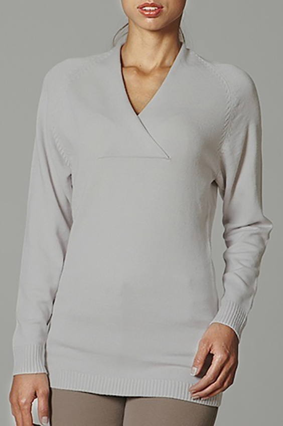 ПуловерДжемперы<br>Женский пуловер с длинными рукавами. Вязаный трикотаж - это красота, тепло и комфорт. В вязанных вещах очень легко оставаться женственной и в то же время не замёрзнуть.  Цвет: серый<br><br>Горловина: V- горловина<br>По материалу: Вязаные,Трикотаж<br>По образу: Город,Офис,Свидание<br>По рисунку: Однотонные<br>По силуэту: Полуприталенные<br>По стилю: Повседневный стиль<br>Рукав: Длинный рукав<br>По сезону: Осень,Весна<br>Размер : 48,50,52<br>Материал: Вязаное полотно<br>Количество в наличии: 9