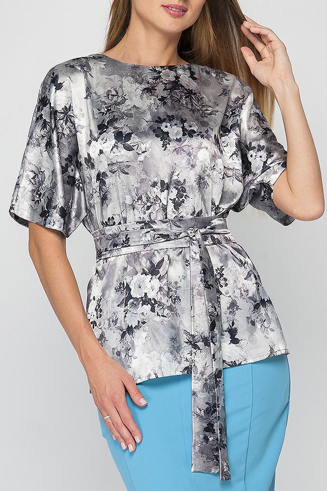 БлузкаБлузки<br>Элегантная женская блуза. Модель полуприлегающего силуэта из легкого атласного материала, имеет неглубокий вырез горловины на внутренней обтачке, свободные рукава длиной до локтя. По среднему шву спинки идут застежки - пуговицы. Такая блузка прекрасно подойдет для повседневных или офисных образов, легкий материал и сводобный крой придадут комфорт, а цветочный принт сделают Вас более женственной и элегантной. Принт купонный, расположение рисунка может меняться.  Блузка без пояса.  Параметры изделия:  44 размер: обхват груди - 108 см, длина рукава - 31 см, длина изделия - 65 см;  52 размер: обхват груди - 114 см, длина рукава - 34 см, длина изделия - 69 см.   В изделии использованы цвета: серый, черный  Рост девушки-фотомодели 175 см.<br><br>Горловина: С- горловина<br>По материалу: Атлас<br>По рисунку: Растительные мотивы,С принтом,Цветные,Цветочные<br>По сезону: Весна,Зима,Лето,Осень,Всесезон<br>По силуэту: Полуприталенные<br>По стилю: Нарядный стиль,Повседневный стиль<br>Рукав: До локтя<br>Размер : 42,46,52<br>Материал: Атлас<br>Количество в наличии: 3