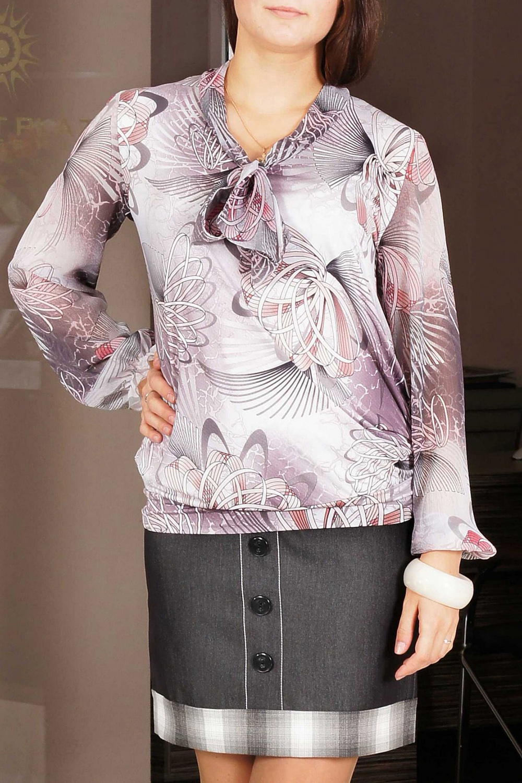 БлузкаБлузки<br>Эта элегантная блузка из ткани quot;холодное маслоquot; придется по душе многим современным деловым женщинам. Ее розовая в цветочные принты расцветка оживит женский официальный образ и добавит ему нежности и романтичности. Удачный крой блузки скроет возможные изъяны в женской фигуре: неярко выраженную талию или имеющийся животик. А quot;изюминкойquot; этой модели является оригинальный воротник-стойка, завязывающийся спереди на бант.  Женственная строгая блузка, выполненная из тонкого трикотажа  в сочетании с отделкой из шифона  -  прекрасный вариант для работы. Низ блузки оформлен неширокой трикотажной манжетой, мягко фиксирующей блузку на теле, создавая небольшой напуск.  Горловина представляет собой небольшой воротник-стойку, переходящий в широкий завязывающийся бант спереди. Рукава длинные из шифона, со сборкой по низу. Рукава на манжете; манжета застегивается на 2 небольшие пуговицы.    Длина изделия 65 см.(а также высота посадки регулируется манжетой на бедрах)  Цвет: белый, сиреневый  Ростовка изделия 170 см.<br><br>Горловина: С- горловина<br>Рукав: Длинный рукав<br>Материал: Трикотаж,Шифон<br>Рисунок: С принтом,Цветные<br>Сезон: Весна,Всесезон,Зима,Лето,Осень<br>Силуэт: Свободные<br>Стиль: Повседневный стиль<br>Элементы: С манжетами<br>Размер : 48,52,54,58<br>Материал: Холодное масло + Шифон<br>Количество в наличии: 5