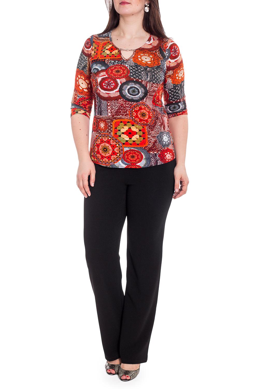 БлузкаБлузки<br>Цветная блузка приталенного силуэта. Модель выполнена из мягкой вискозы. Отличный выбор для любого случая.  В изделии использованы цвета: красный, серый и др.  Рост девушки-фотомодели 180 см<br><br>Горловина: С- горловина,Фигурная горловина<br>По материалу: Вискоза,Трикотаж<br>По рисунку: С принтом,Цветные<br>По сезону: Весна,Зима,Лето,Осень,Всесезон<br>По силуэту: Приталенные<br>По стилю: Повседневный стиль<br>По элементам: С декором<br>Рукав: Рукав три четверти<br>Размер : 46,50,52<br>Материал: Вискоза<br>Количество в наличии: 3