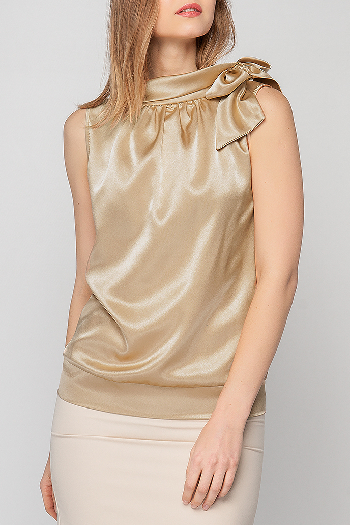 БлузкаБлузки<br>Блузка с бантом прямого силуэта из однотонного атласа. Вырез горловины оформлен воротником quot;стойкойquot;, переходящим в бант. Открытые рукава обеспечат комфорт и свободу движениям. Блузка однотонной расцветки составит гармоничный комплект с юбками и брюками любых расцветок. Благородный оттенок с легким атласным блеском подчеркнет Ваш превосходный вкус. Элегантный вариант для праздничного выхода.  Цвет: бежевый.  Рост девушки-фотомодели 175 см.<br><br>Воротник: Стойка,Фантазийный<br>Горловина: Фигурная горловина<br>По материалу: Атлас<br>По рисунку: Однотонные<br>По сезону: Весна,Зима,Лето,Осень,Всесезон<br>По силуэту: Прямые<br>По стилю: Кэжуал,Летний стиль,Нарядный стиль,Офисный стиль,Повседневный стиль,Романтический стиль<br>По элементам: С воротником,С декором<br>Рукав: Без рукавов<br>Размер : 42,44,52<br>Материал: Атлас<br>Количество в наличии: 3