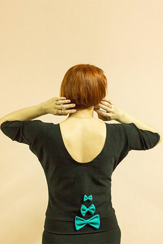 БлузкаБлузки<br>Женская блузка с круглой горловиной и рукавами до локтя. Модель выполнена из приятного трикотажа. Отличный выбор для повседневного гардероба. На спинке декоративные бантики.   Цвет: черный, голубой<br><br>По образу: Город,Свидание<br>По стилю: Винтаж,Молодежный стиль<br>По материалу: Трикотаж,Хлопок<br>По рисунку: Однотонные<br>По сезону: Всесезон,Зима,Лето,Осень,Весна<br>По силуэту: Полуприталенные<br>По элементам: С вырезом,С декором<br>Рукав: Короткий рукав,Рукав три четверти<br>Горловина: С- горловина<br>Размер: 48<br>Материал: 50% хлопок 45% полиэстер 5% эластан<br>Количество в наличии: 1