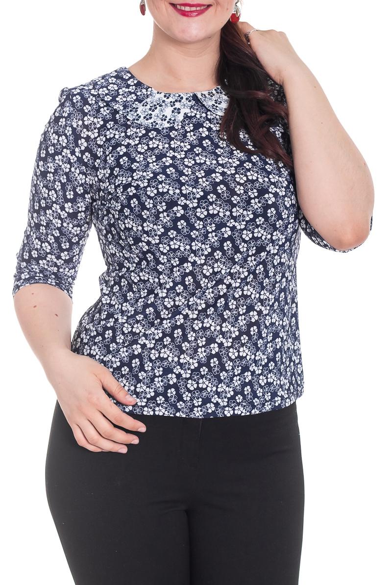 БлузкаБлузки<br>Цветочная блузка олуприлегающего силуэта, руав втачной, 3/4. По горловине полочки двойной воротник. По спинке планка с пуговицами. Модель выполнена из приятного трикотажа. Отличный выбор для повседневного гардероба.  Цвет: темно-синий, белый  Рост девушки-фотомодели 180 см.<br><br>Воротник: Отложной<br>Горловина: С- горловина<br>По материалу: Вискоза,Трикотаж<br>По образу: Город,Свидание<br>По рисунку: Растительные мотивы,С принтом,Цветные,Цветочные<br>По сезону: Весна,Зима,Лето,Осень,Всесезон<br>По силуэту: Полуприталенные<br>По стилю: Повседневный стиль<br>По элементам: С воротником<br>Рукав: Рукав три четверти<br>Размер : 50,52,56,60,62,64<br>Материал: Холодное масло<br>Количество в наличии: 8
