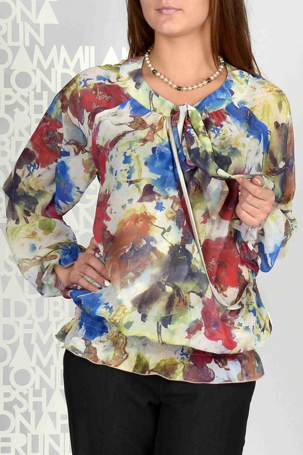 БлузаБлузки<br>Эта элегантная шифоновая блузка станет отличным выбором для представительниц прекрасного пола. Ее яркая расцветка освежит и оживит женский образ. Свободный крой этой модели позволяет носить такую блузку девушкам с любой фигурой. Отличительной особенностью этого изделия является горловина с завязывающимся спереди бантом, а также отделка низа блузы и рукавов несколькими строчками резинки. Блузка свободного силуэта из набивного шифона. Перед с глубоким запахом и сборкой по срезу притачивания кокетки горловины. Спинка без отличительных  особенностей. Рукава покроя реглан, длинные. Горловина округлая, обработана узкими двойными кокетками, переходящими в длинный завязывающийся бант. Низ блузы и рукавов присобран несколькими рядами строчек нитки-резинки.  Длина изделия около 62 см.  Цвет: молочный, мультицвет  Ростовка изделия 170 см.<br><br>Горловина: С- горловина<br>По материалу: Шифон<br>По рисунку: С принтом,Цветные<br>По сезону: Весна,Зима,Лето,Осень,Всесезон<br>По силуэту: Свободные<br>По стилю: Повседневный стиль<br>По элементам: С воланами и рюшами<br>Рукав: Длинный рукав<br>Размер : 50,52<br>Материал: Шифон<br>Количество в наличии: 3