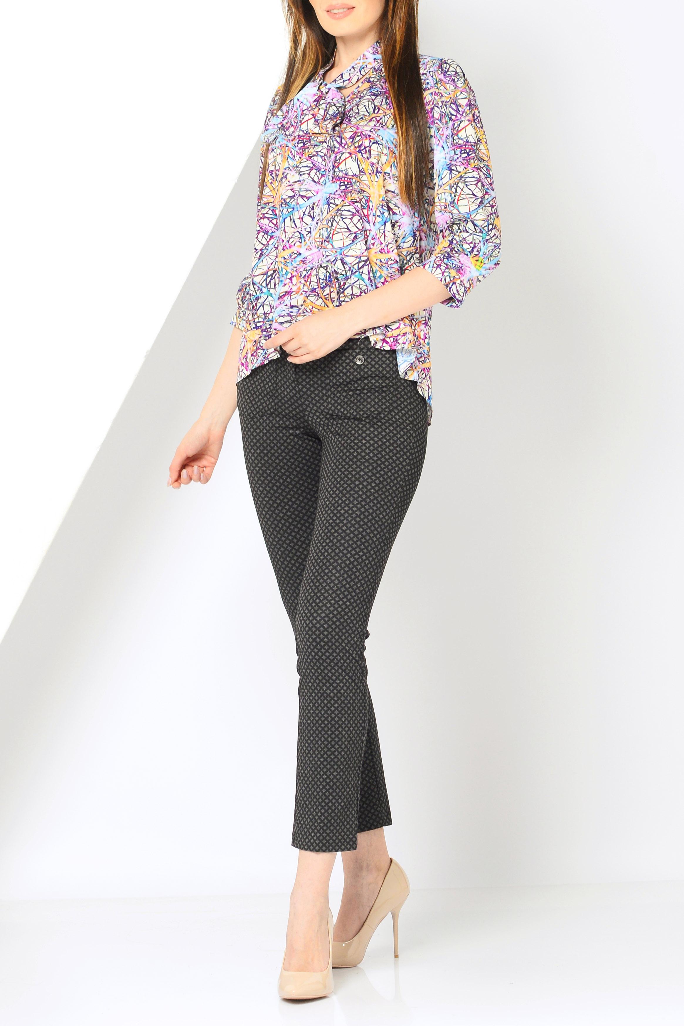 БлузкаБлузки<br>Силуэт блузки чуть расширяющийся к низу с понижением линии низа сзади.  Блузка без пуговиц с удобным V-образным вырезом. Воротник-стойка, переходящий в бант спереди, который можно завязать на любом уровне или заложить свободным галстуком. Легкая сборка по линии притачивания кокетки на спинке и по окату рукава обеспечивает комфортную посадку изделия. Рукав 3/4 на небольшой свободной манжете.   Ростовка изделия 170 см.  В изделии использованы цвета: белый, розовый и др.  Параметры размеров: 42 размер соответствует обхвату груди 80 см;  44 размер соответствует обхвату груди 84 см;  46 размер соответствует обхвату груди 88 см;  48 размер соответствует обхвату груди 92 см;  50 размер соответствует обхвату груди 98 см;  52 размер соответствует обхвату груди 100 см;  54 размер соответствует обхвату груди 100 см.<br><br>Горловина: V- горловина<br>По материалу: Вискоза,Тканевые<br>По рисунку: С принтом,Цветные<br>По сезону: Весна,Зима,Лето,Осень,Всесезон<br>По силуэту: Прямые<br>По стилю: Повседневный стиль<br>По элементам: С фигурным низом<br>Рукав: Рукав три четверти<br>Размер : 42,44,46,48,50,52,54<br>Материал: Вискоза<br>Количество в наличии: 7