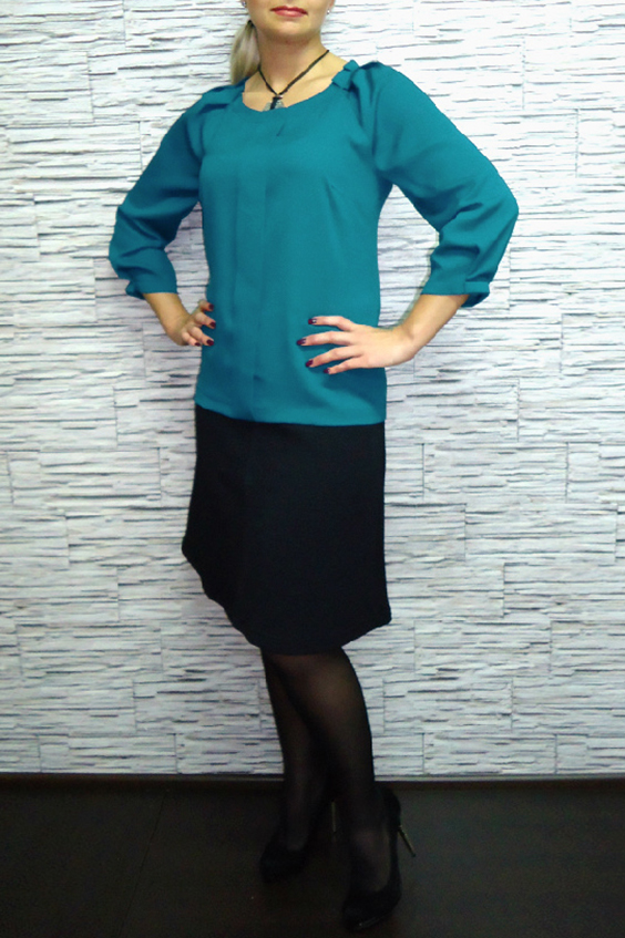 БлузкаБлузки<br>Однотонная блузка из приятного материала. Модель украшена декоративными складками. Отличный выбор для любого случая.  Цвет: бирюзовый  Рост девушки-фотомодели 170 см<br><br>Горловина: С- горловина<br>По материалу: Блузочная ткань,Тканевые<br>По рисунку: Однотонные<br>По сезону: Весна,Зима,Лето,Осень,Всесезон<br>По силуэту: Полуприталенные<br>По стилю: Офисный стиль,Повседневный стиль<br>По элементам: Со складками<br>Рукав: Рукав три четверти<br>Размер : 52,54,56<br>Материал: Блузочная ткань<br>Количество в наличии: 3