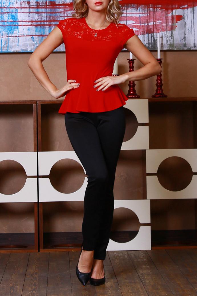 БлузкаБлузки<br>Комбинированная блузка из легкого трикотажного полотна прилегающего силуэта. Кокетка и рукав-фонарик выполнены из гипюра на атласной основе, по низу блузы-баска.   Длина изделия от 55 см, в зависимости от размера.  Цвет: красный  Рост девушки-фотомодели 175 см<br><br>Горловина: С- горловина<br>По материалу: Вискоза,Гипюр,Трикотаж<br>По образу: Город,Свидание<br>По рисунку: Однотонные<br>По сезону: Весна,Всесезон,Зима,Лето,Осень<br>По силуэту: Приталенные<br>По стилю: Нарядный стиль,Повседневный стиль<br>По элементам: С баской,С декором<br>Рукав: Короткий рукав<br>Размер : 42,44,50,54<br>Материал: Холодное масло + Гипюр<br>Количество в наличии: 5