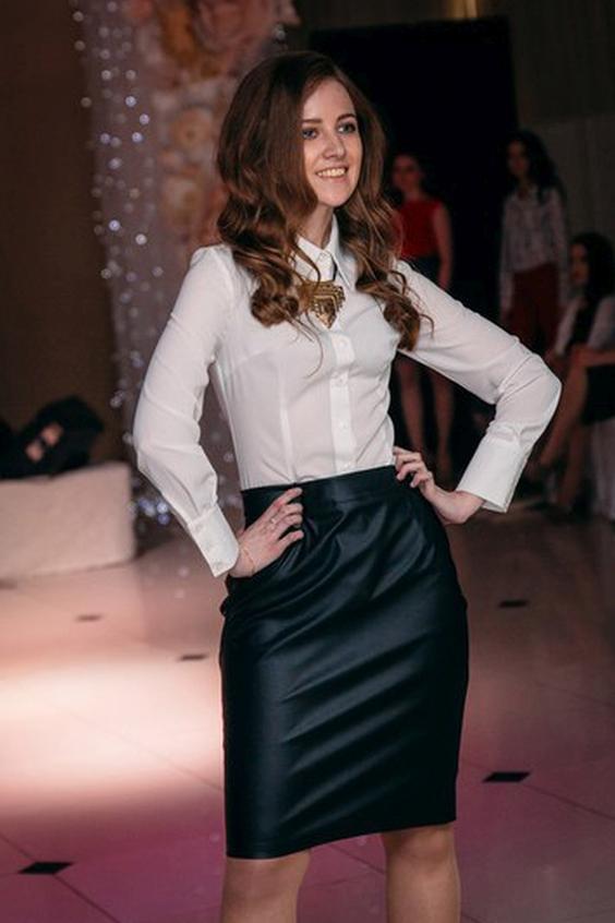 БлузкаРубашки<br>Шифоновая легкая блуза в рубашечном стиле с длинным рукавом на манжете, планка по переду, застежка - пуговицы, острый воротник. Классика жанра - базовая вещь любого гардероба. Хороша как с брюками, так и с юбками любой модели. Можно дополнять различными аксессуарами типа массивных колье или нежных подвесок. Изюминка данной модели в том, что она приталена и удлинена, что позволяет ее носить поверх низа, например, узких джинсов или брюк-дудочек, коротких шортов или узких шортов до колена.  В изделии использованы цвета: белый  Ростовка изделия 170 см.<br><br>Воротник: Рубашечный<br>Застежка: С пуговицами<br>По материалу: Тканевые,Шифон<br>По образу: Город,Офис<br>По рисунку: Однотонные<br>По сезону: Весна,Зима,Лето,Осень,Всесезон<br>По силуэту: Приталенные<br>По стилю: Классический стиль,Офисный стиль,Повседневный стиль<br>По элементам: С манжетами<br>Рукав: Длинный рукав<br>Размер : 48,50,52<br>Материал: Креп - Шифон<br>Количество в наличии: 3