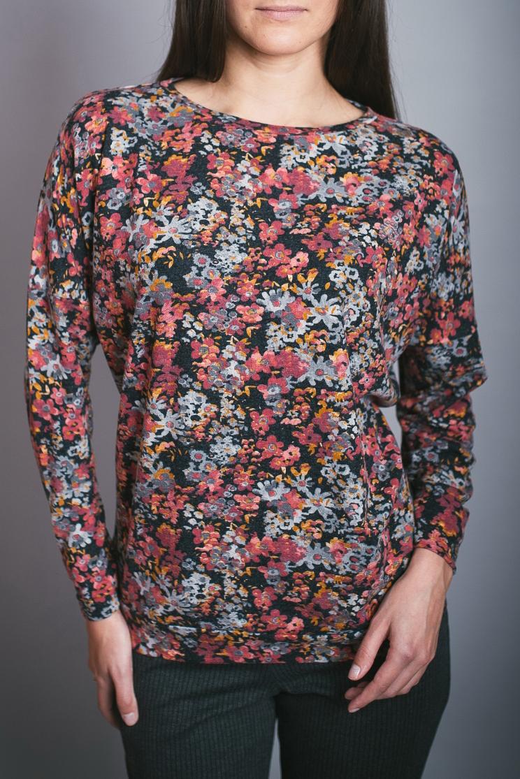 БлузонБлузки<br>Цветная блузка полуприталенного силуэта. Модель выполнена из приятного материала. Отличный выбор для повседневного гардероба.  В изделии использованы цвета: коралловый и др.  Ростовка изделия 170 см.<br><br>Горловина: С- горловина<br>По материалу: Вискоза,Трикотаж<br>По рисунку: С принтом,Цветные,Цветочные<br>По сезону: Весна,Зима,Лето,Осень,Всесезон<br>По силуэту: Полуприталенные<br>По стилю: Повседневный стиль<br>Рукав: Длинный рукав<br>Размер : 46,48,50,52,54,56<br>Материал: Трикотаж<br>Количество в наличии: 6