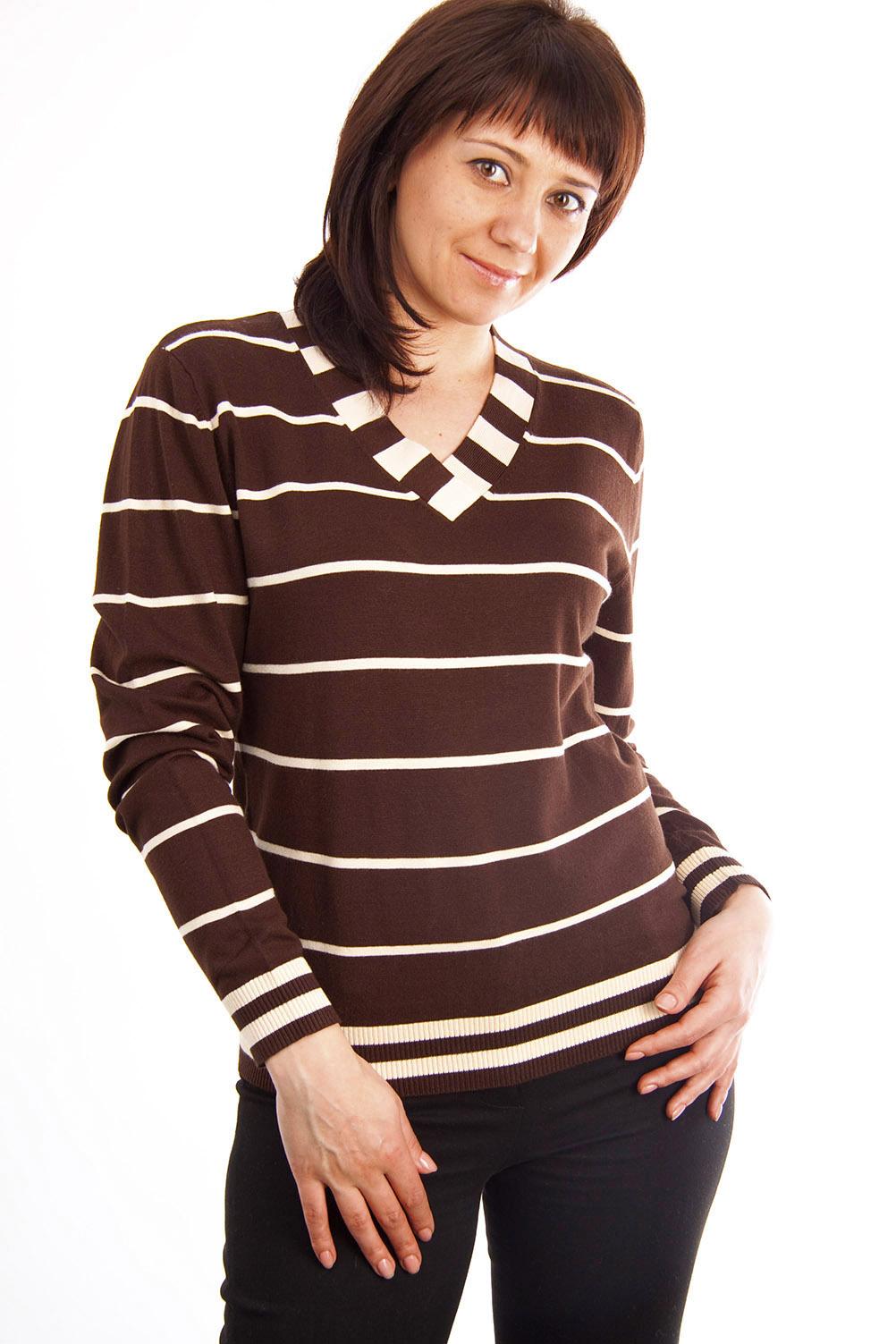 ПуловерПуловеры<br>Пуловер выполнен из качественного материала с рисунком в полоску. Свободного покроя с длинными рукавами, привлекательная вещь для повседневного варианта.  Цвет: коричневый, белый  Ростовка изделия 170 см.  Парметры изделия: 40 размер - обхват груди 74-77 см., обхват талии 60-62 см. 42 размер - обхват груди 78-81 см., обхват талии 63-65 см. 44 размер - обхват груди 82-85 см., обхват талии 66-69 см. 46 размер - обхват груди 86-89 см., обхват талии 70-73 см. 48 размер - обхват груди 90-93 см., обхват талии 74-77 см. 50 размер - обхват груди 94-97 см., обхват талии 78-81 см. 52 размер - обхват груди 98-102 см., обхват талии 82-86 см. 54 размер - обхват груди 103-107 см., обхват талии 87-91 см. 56 размер - обхват груди 108-113 см., обхват талии 92-96 см. 58/60 размер - обхват груди 114-119 см., обхват талии 97-102 см. 62 размер - обхват груди 120-125 см., обхват талии 103-108 см.<br><br>По образу: Город,Свидание<br>По стилю: Повседневный стиль<br>По материалу: Хлопок,Трикотаж<br>По рисунку: Цветные,В полоску<br>По сезону: Весна,Осень<br>По силуэту: Полуприталенные<br>Рукав: Длинный рукав<br>Горловина: V- горловина<br>Размер: 50,52<br>Материал: 80% хлопок 10% эластан 10% вискоза<br>Количество в наличии: 2