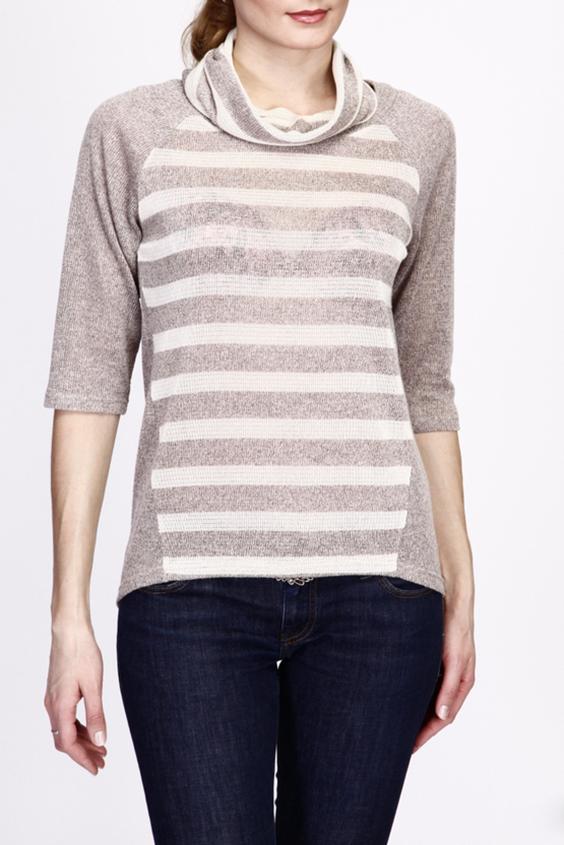 БлузкаДжемперы<br>Цветная блузка со съемным воротником. Модель выполнена из приятного трикотажа. Отличный выбор для повседневного гардероба.  В изделии использованы цвета: бежевый, молочный  Рост девушки-фотомодели 180 см.<br><br>Горловина: С- горловина<br>По материалу: Вискоза,Вязаные,Трикотаж<br>По рисунку: В полоску,С принтом,Цветные<br>По силуэту: Полуприталенные<br>По стилю: Повседневный стиль<br>По элементам: С фигурным низом<br>Рукав: Рукав три четверти<br>По сезону: Осень,Весна<br>Размер : 44,46,48,50<br>Материал: Вязаное полотно<br>Количество в наличии: 4