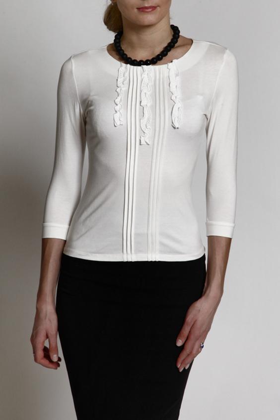 БлузкаБлузки<br>Универсальная блузка с рукавами 3/4. Модель выполнена из приятного материала. Отличный выбор для повседневного гардероба.  В изделии использованы цвета: молочный  Рост девушки-фотомодели 180 см.<br><br>Горловина: С- горловина<br>По материалу: Вискоза<br>По рисунку: Однотонные<br>По сезону: Весна,Зима,Лето,Осень,Всесезон<br>По силуэту: Приталенные<br>По стилю: Повседневный стиль<br>По элементам: С воланами и рюшами,С декором<br>Рукав: Рукав три четверти<br>Размер : 44,46,50,52<br>Материал: Вискоза<br>Количество в наличии: 4
