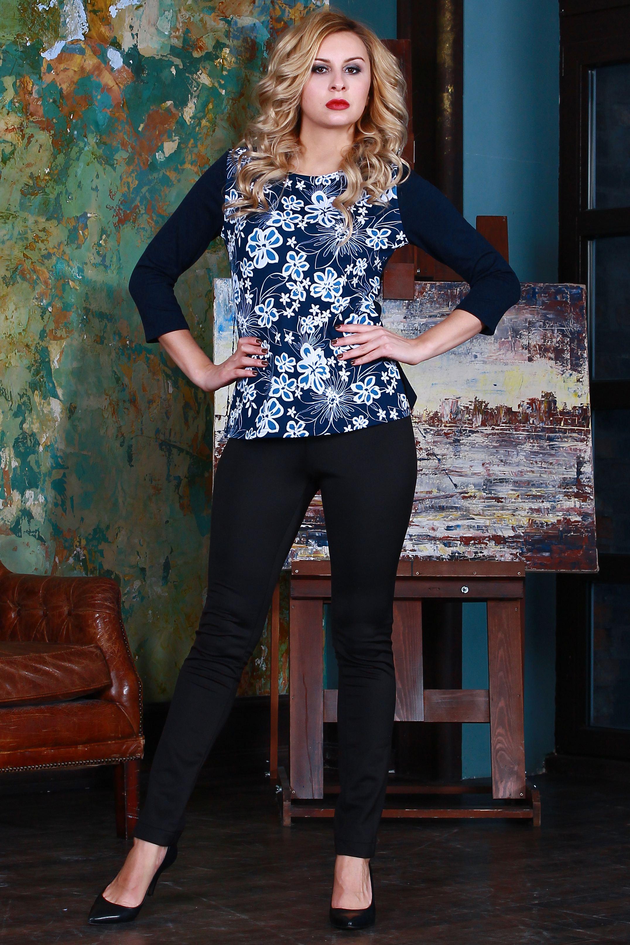 БлузкаБлузки<br>Комбинированная блуза из полушерстяного трикотажного полотна прямого силуэта с небольшими разрезами по бокам, рукав втачной 3/4.  Длина изделия от 59 см до 62 см, в зависимости от размера.  Цвет: синий, белый, голубой  Рост девушки-фотомодели 175 см<br><br>Горловина: С- горловина<br>По материалу: Трикотаж<br>По образу: Город,Свидание<br>По рисунку: Растительные мотивы,С принтом,Цветные,Цветочные<br>По сезону: Весна,Зима,Лето,Осень,Всесезон<br>По силуэту: Полуприталенные<br>По стилю: Повседневный стиль<br>Рукав: Рукав три четверти<br>Размер : 44,46,48,50,52,54<br>Материал: Джерси<br>Количество в наличии: 2