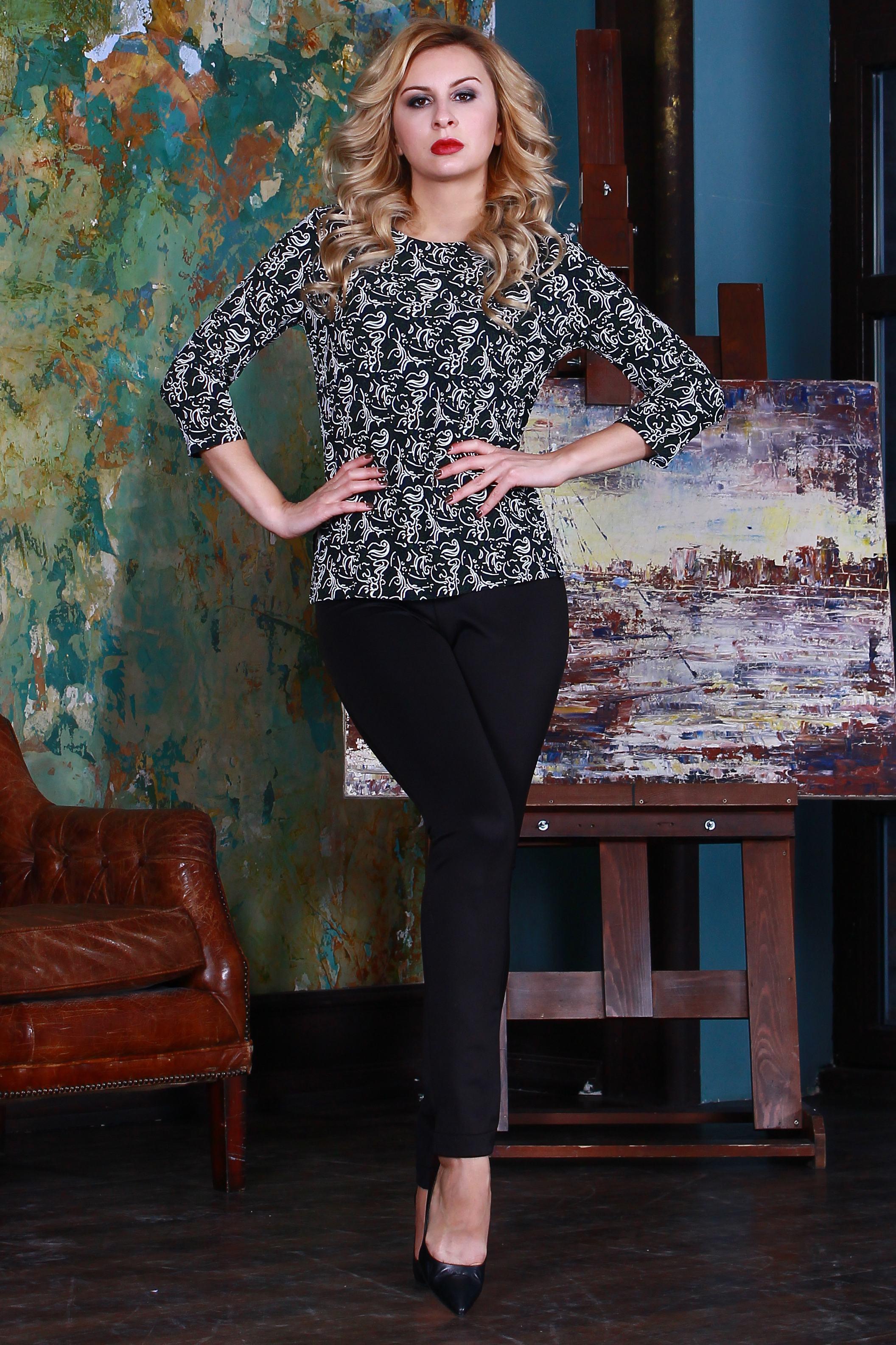 БлузкаБлузки<br>Блузка из легкого струящегося трикотажного полотна с небольшим объемным напылением, прямого силуэта с небольшими разрезами по бокам, рукав втачной 3/4.   Длина изделия от 59 см до 62 см , в зависимости от размера.  Цвет: синий, белый, зеленый  Рост девушки-фотомодели 175 см<br><br>Горловина: С- горловина<br>По материалу: Трикотаж<br>По рисунку: С принтом,Цветные<br>По сезону: Весна,Зима,Лето,Осень,Всесезон<br>По силуэту: Полуприталенные<br>По стилю: Повседневный стиль<br>Рукав: Рукав три четверти<br>Размер : 46,48<br>Материал: Джерси<br>Количество в наличии: 2