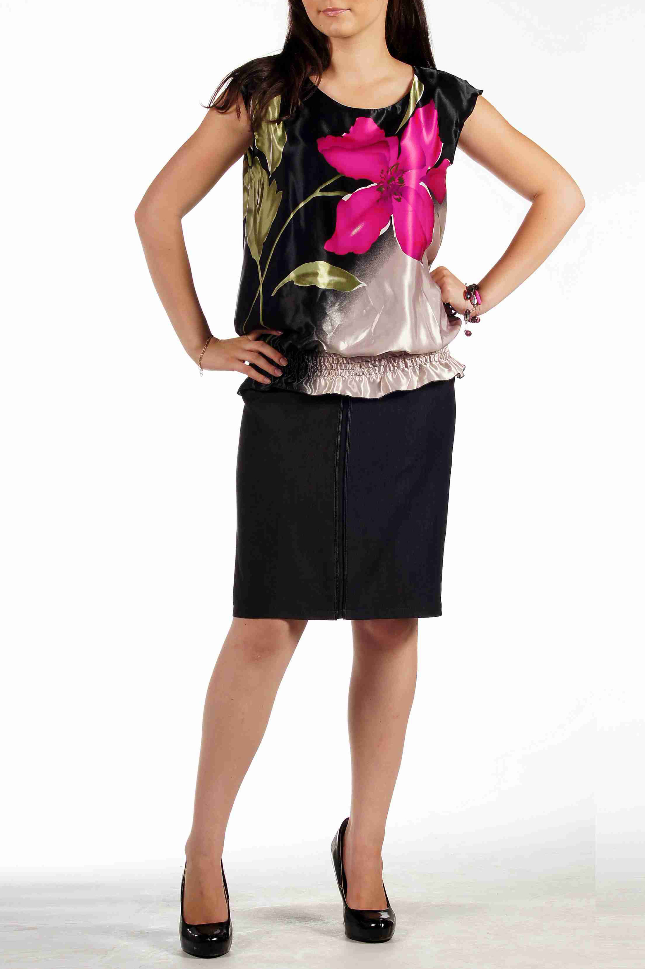 БлузкаБлузки<br>Женственная  блуза из тонкого сатина с ярким крупным цветочным принтом. Вырез-лодочка и чуть спущенное плечо придадут немного строгости и лаконичности образу, в то время как крупный цветок добавит нарядности и легкомыслия. Низ блузы мягко прилегает к телу с небольшим напуском при помощи рядов строчек нитки-резинки.   Длина около 63 см.  Цвет: черный, мультицвет<br><br>Горловина: С- горловина<br>По материалу: Атлас<br>По рисунку: Растительные мотивы,Цветные,Цветочные,С принтом<br>По сезону: Весна,Всесезон,Зима,Лето,Осень<br>По силуэту: Свободные<br>По стилю: Повседневный стиль,Летний стиль,Нарядный стиль<br>Рукав: Короткий рукав,Без рукавов<br>Размер : 48,50<br>Материал: Атлас<br>Количество в наличии: 4