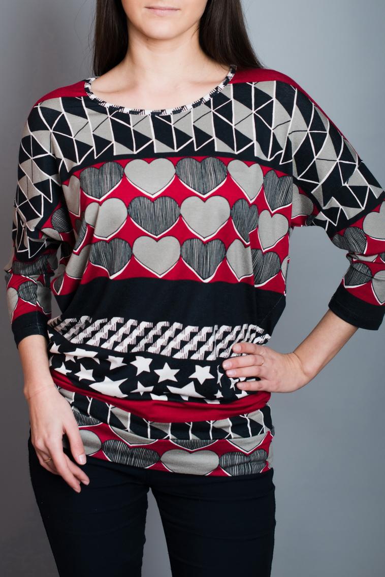 БлузонБлузки<br>Цветная блузка полуприталенного силуэта. Модель выполнена из приятного материала. Отличный выбор для повседневного гардероба.  В изделии использованы цвета: серый, черный, красный  Ростовка изделия 170 см.<br><br>Горловина: С- горловина<br>По материалу: Вискоза,Трикотаж<br>По рисунку: С принтом,Цветные<br>По сезону: Весна,Зима,Лето,Осень,Всесезон<br>По силуэту: Полуприталенные<br>По стилю: Повседневный стиль<br>Рукав: Рукав три четверти<br>Размер : 44,46,48,50<br>Материал: Вискоза<br>Количество в наличии: 4